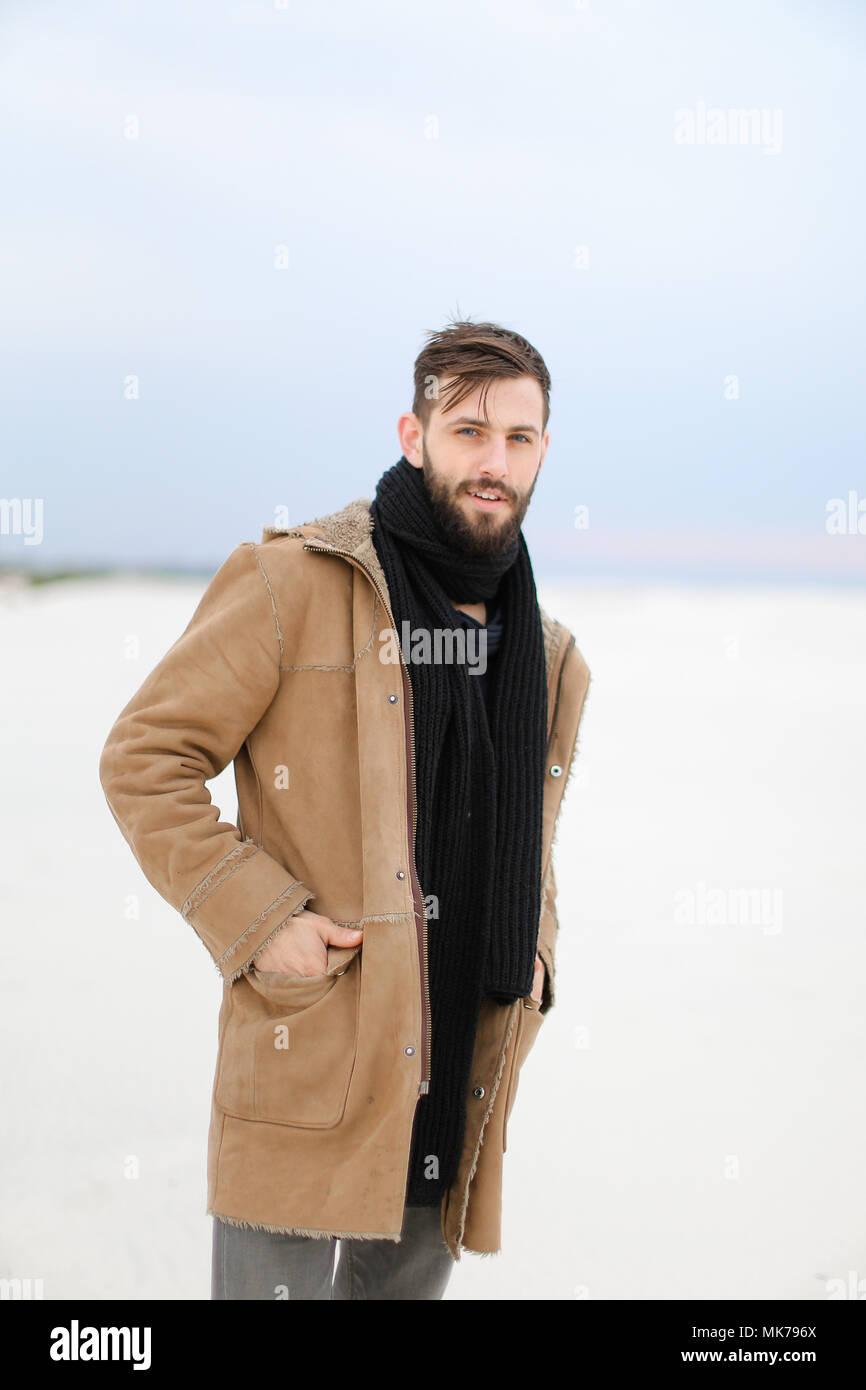 Garanzia di soddisfazione al 100% sconto più votato aspetto elegante Unione uomo bello con la barba indossando cappotto e sciarpa ...