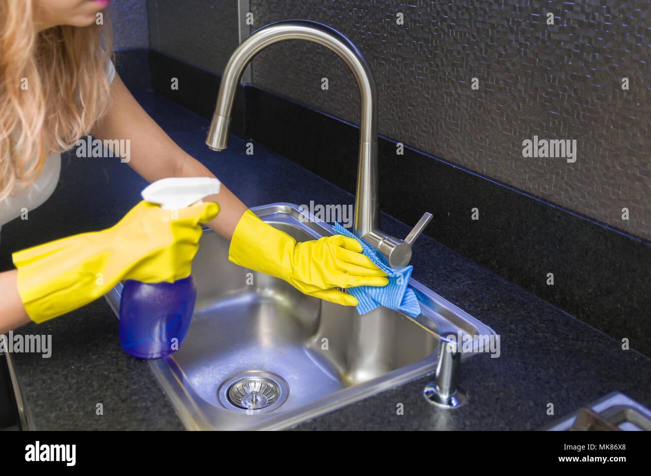 Grande concetto di pulizia domestica, donna pulizia del lavandino Immagini Stock
