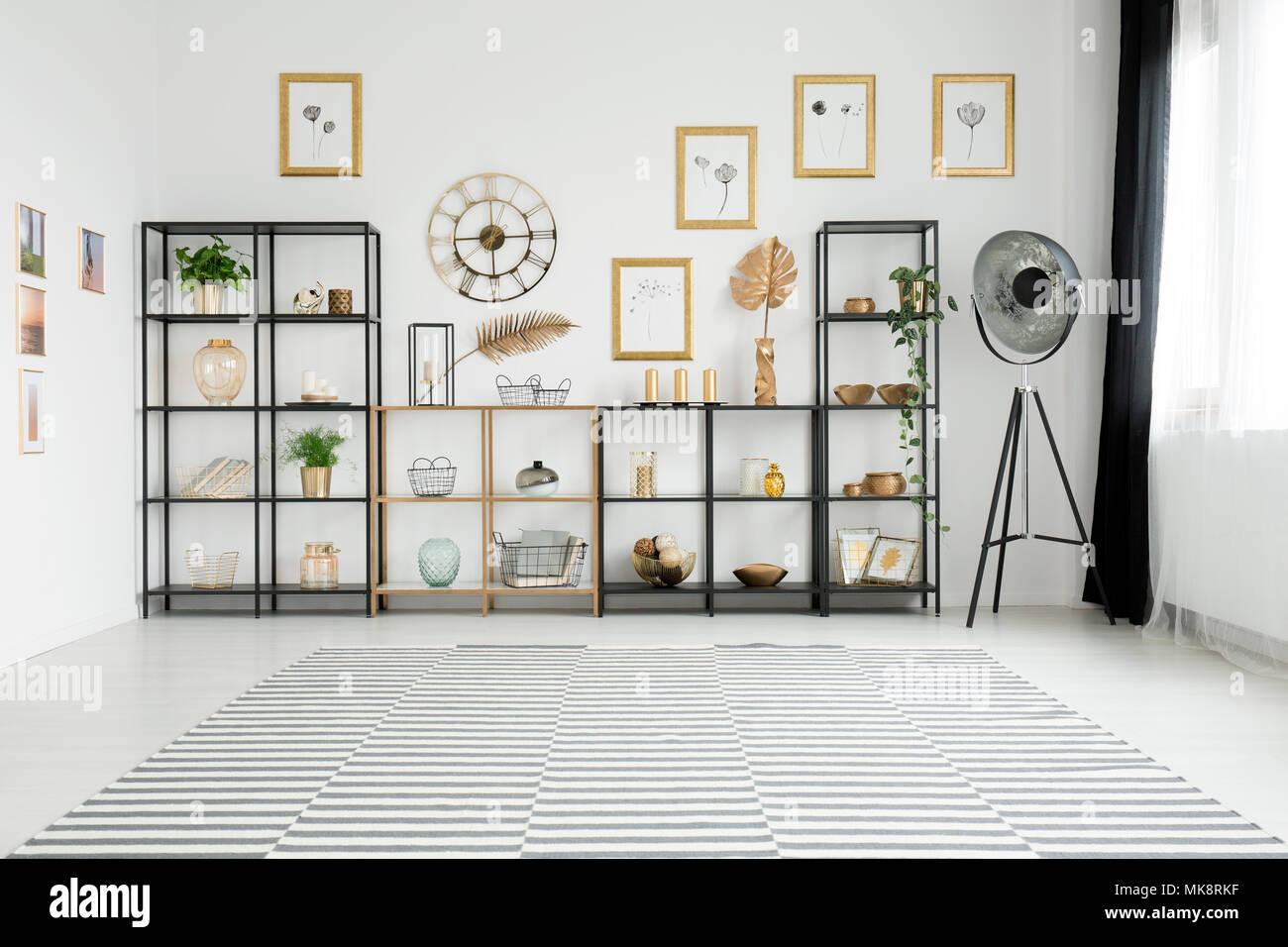 Spazioso soggiorno interno con un sacco di decorazioni in ...