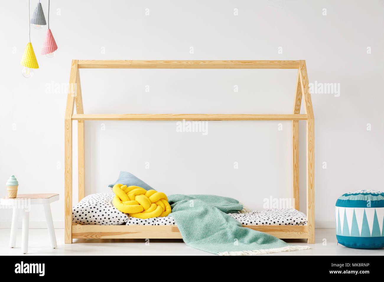 Camera Per Ragazzi Fai Da Te : Cuscino giallo e blu un lenzuolo sul letto in legno per il fai da te