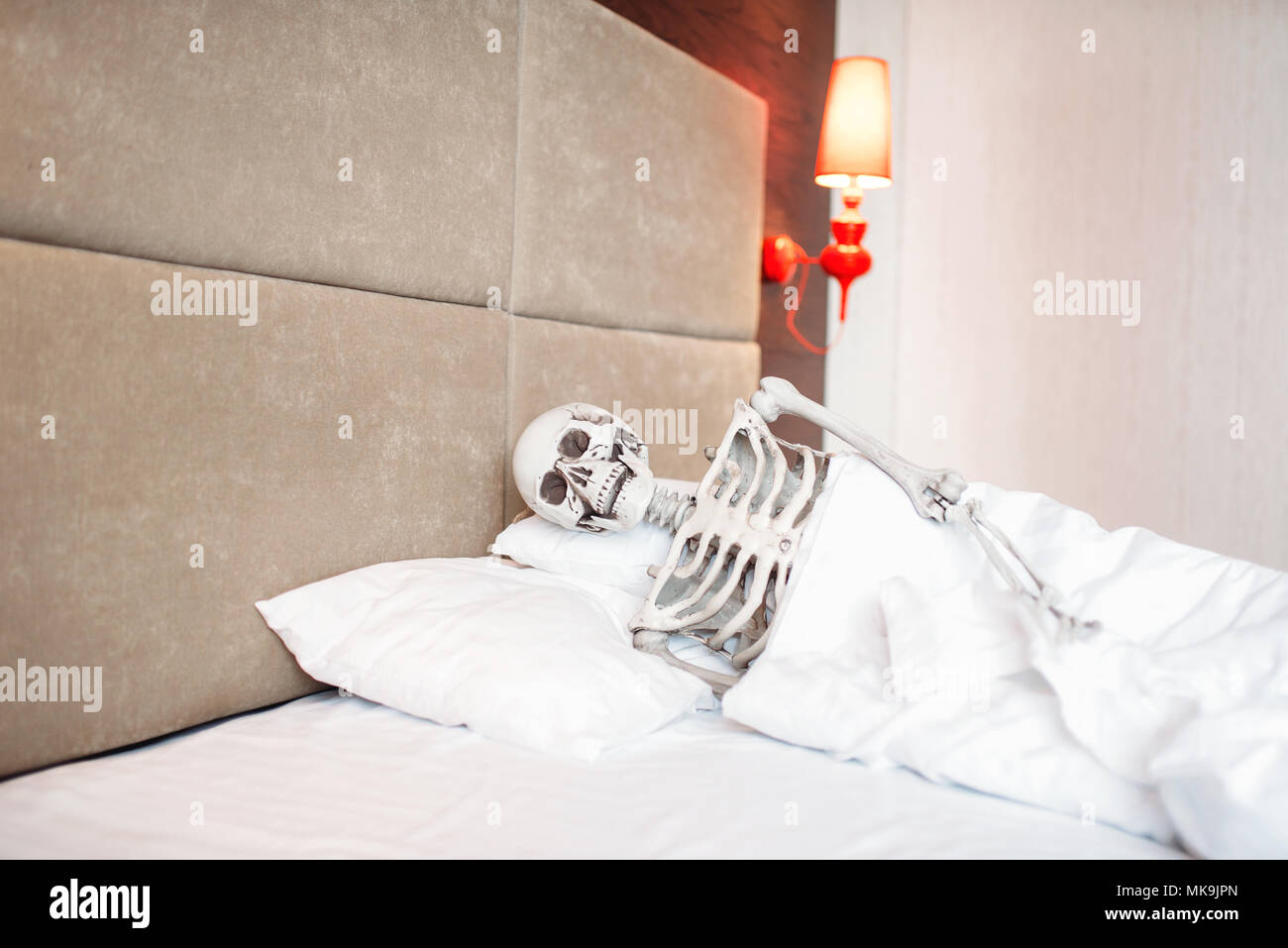 Funny scheletro umano è giacen...