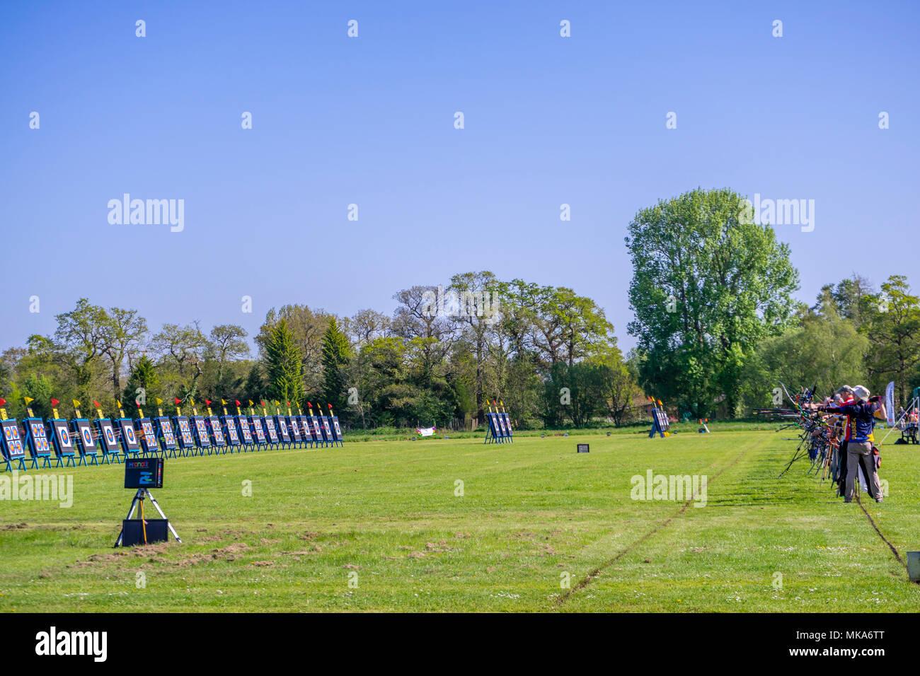 La gente a competere in un tiro tiro con l'arco concorrenza vicino Exbury in Hampshire, Inghilterra, Regno Unito Immagini Stock