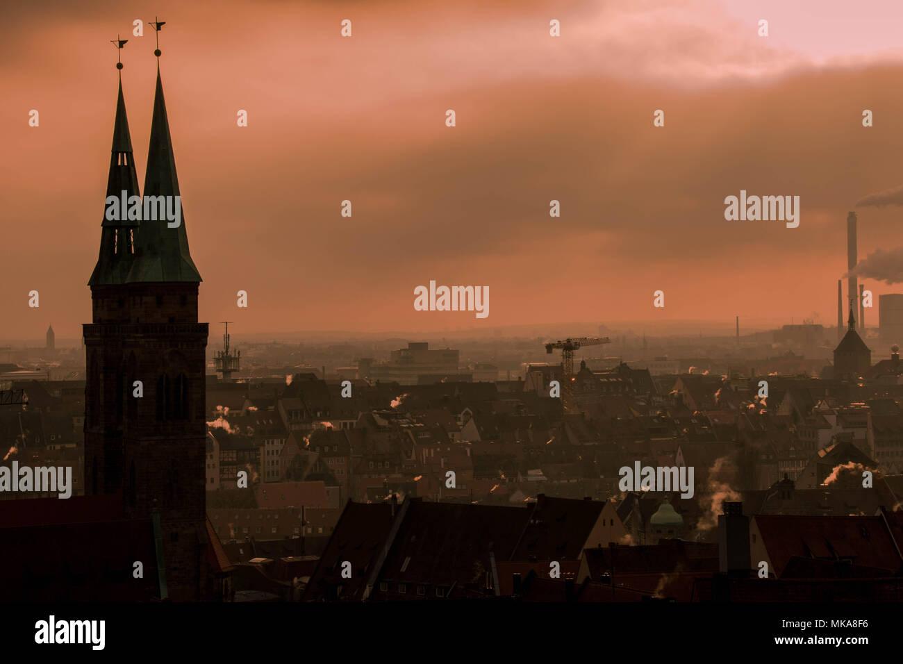 Norimberga, Germania - inquinamento da combustibili fossili sopra lo skyline della città di sunrise immagine con spazio di copia Immagini Stock