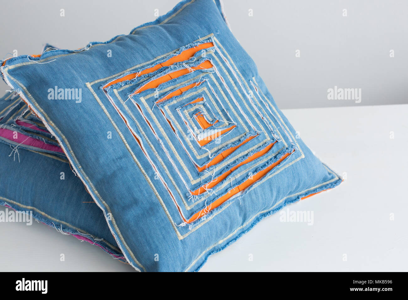 Cuscini Di Jeans.Fatte A Mano Interior Design Concetto Di Artigianato Close Up
