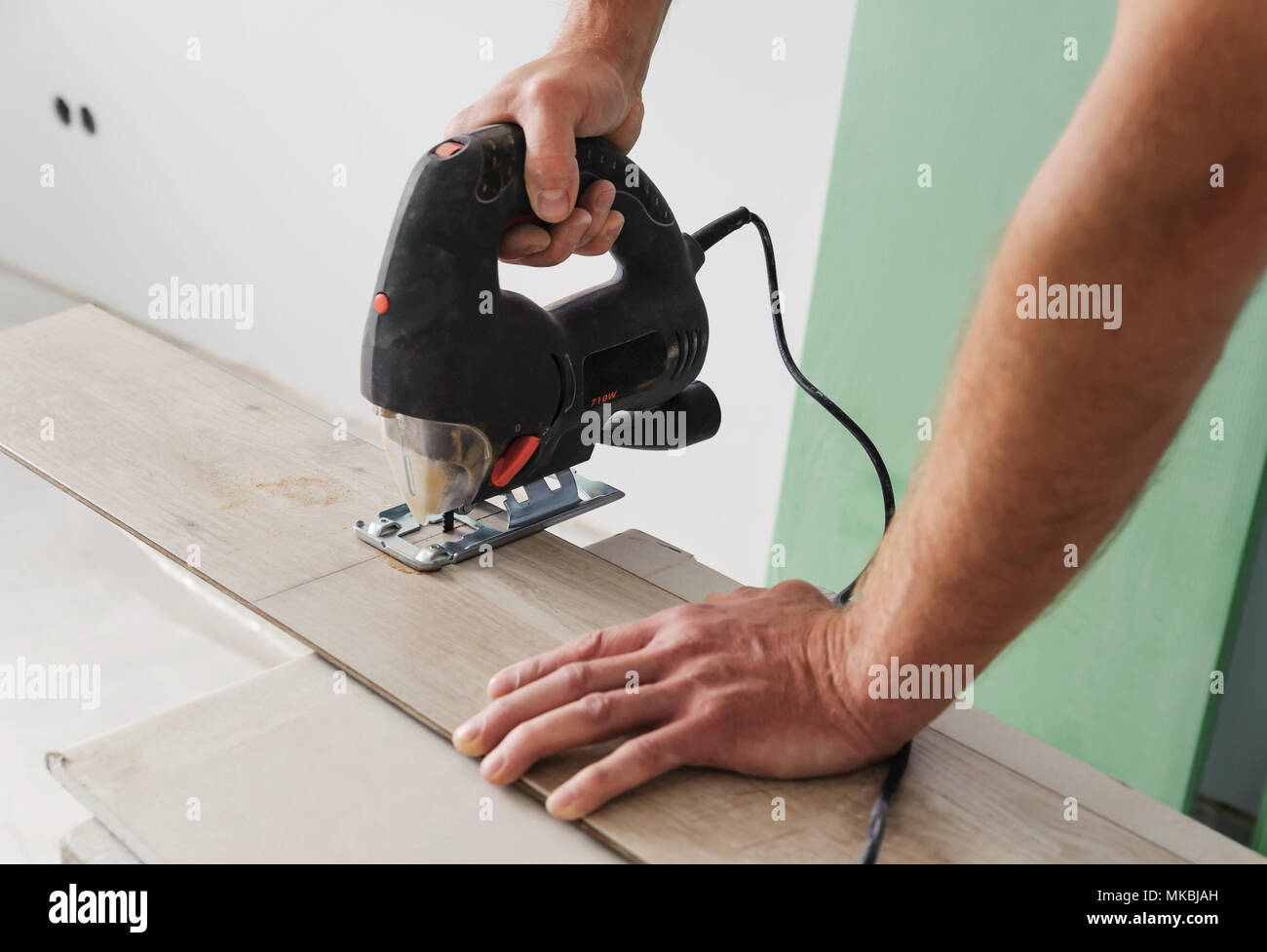 Installazione di pavimenti in laminato lavoratore tagliare parte