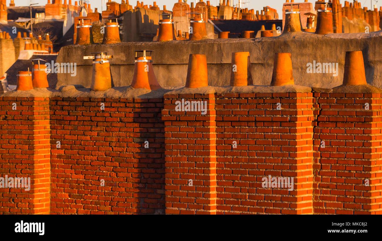 Camini In Mattoni Rossi : Vista su tutta roofscape di mattoni rossi e i camini di terracotta