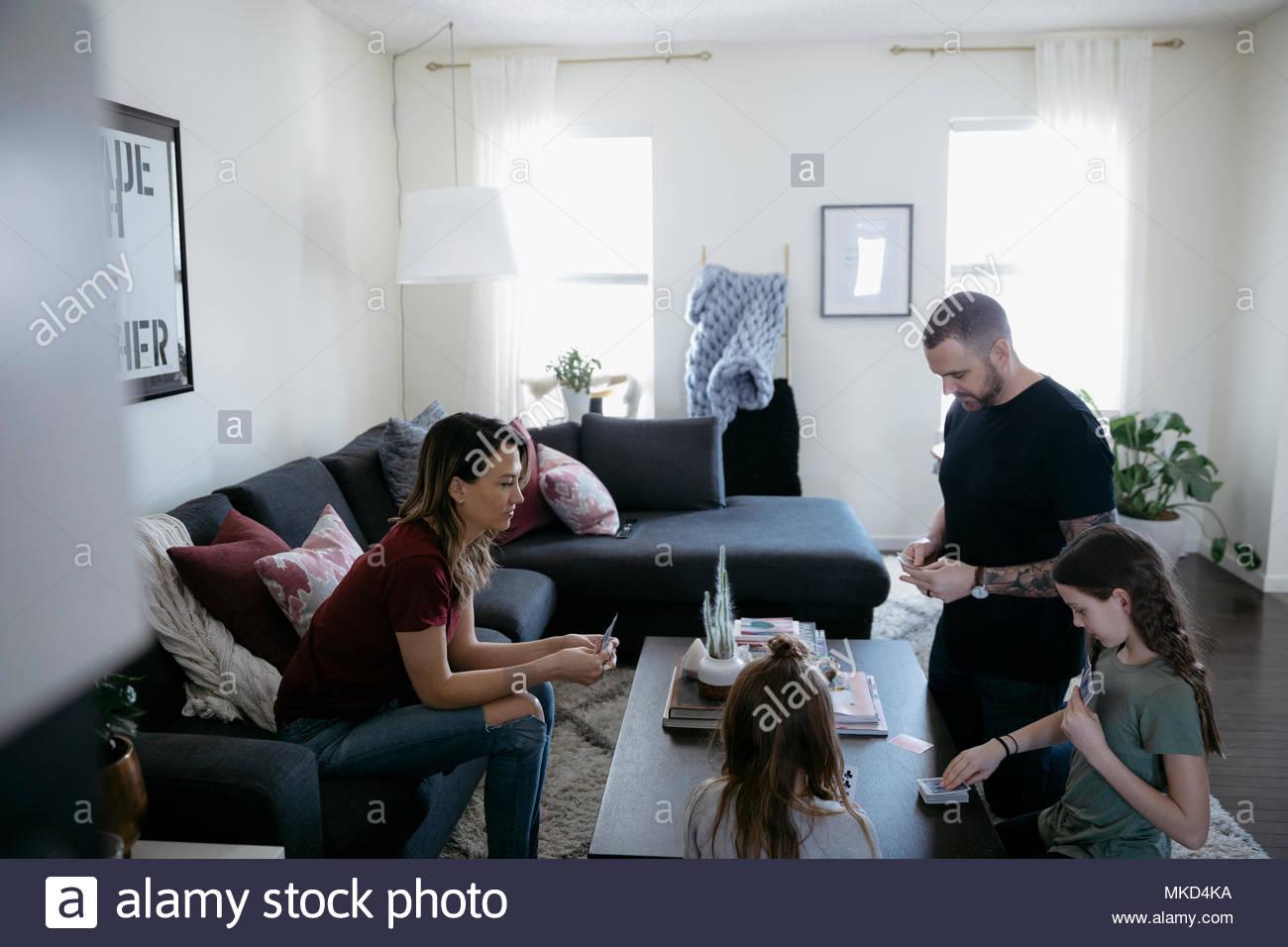 Famiglia giocare gioco di carte in soggiorno Foto & Immagine Stock ...