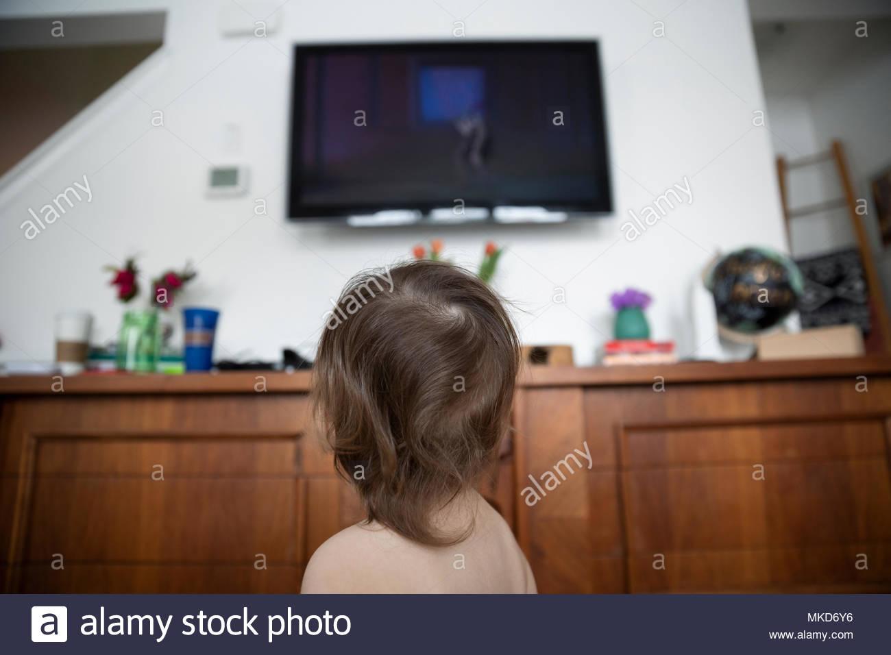 Curioso baby boy guardare la TV Immagini Stock