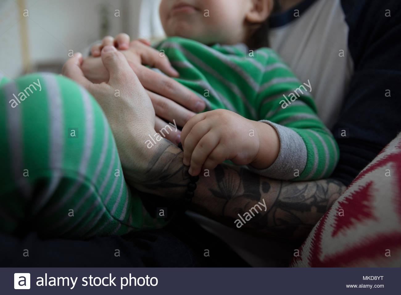 Close up affettuoso, tenero padre cuddling figlio bambino Immagini Stock