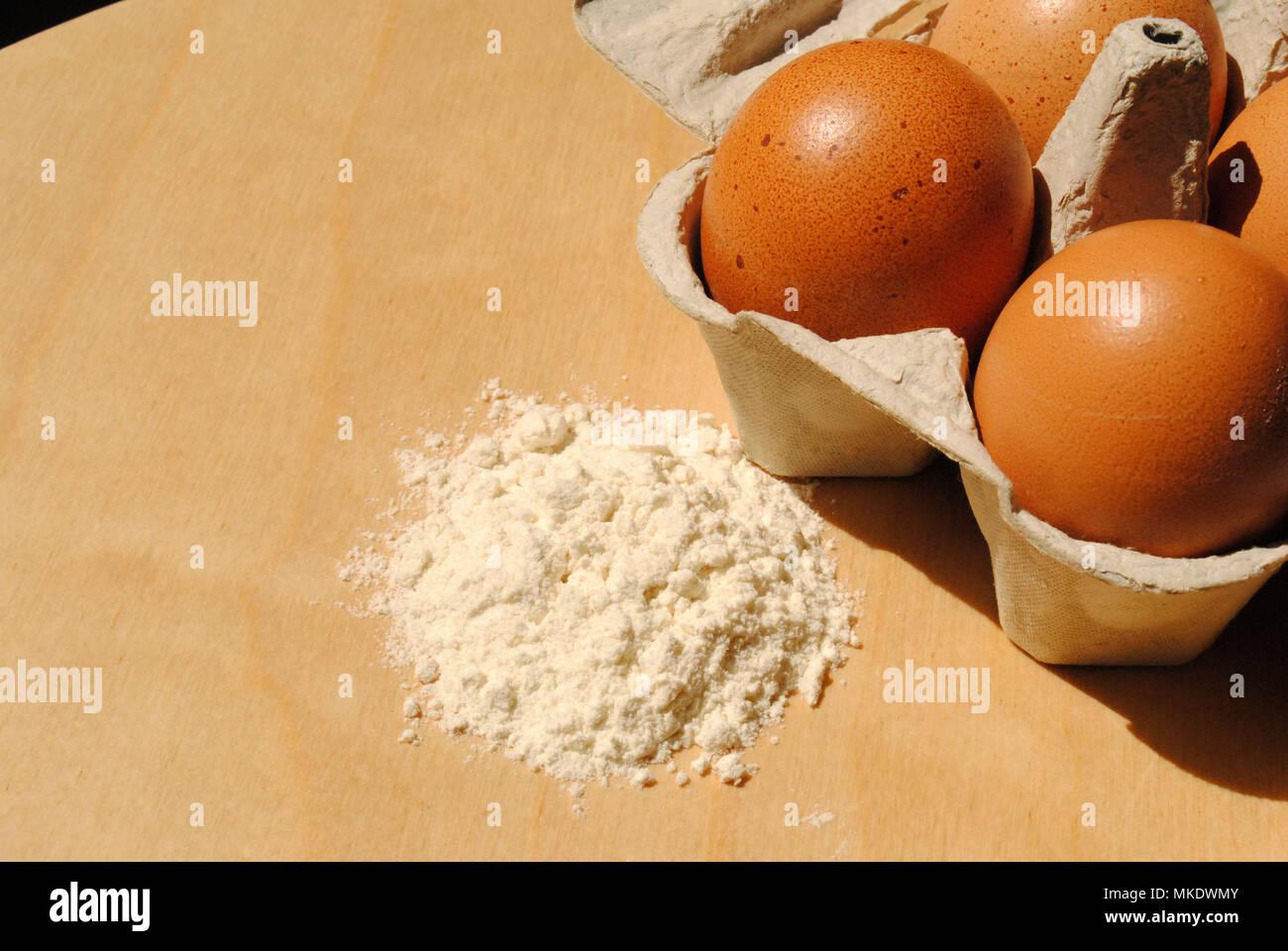 Un primo piano di cottura Ingredienti e attrezzature. Immagini Stock