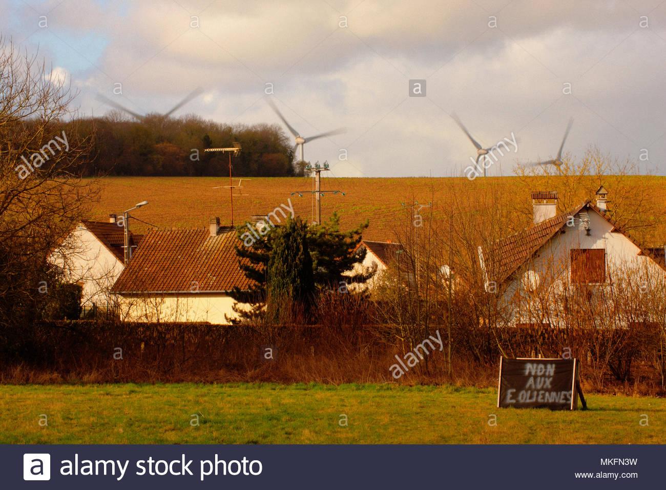 Cartello con un messaggio di protesta contro un progetto di installare nuove turbine eoliche in prossimità di un villaggio, in Picardie - Francia. Inquinamento da rumore. Immagini Stock