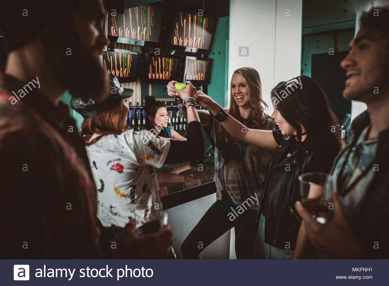La millenaria amici prendendo scatti, feste nel nightclub bar Foto Stock
