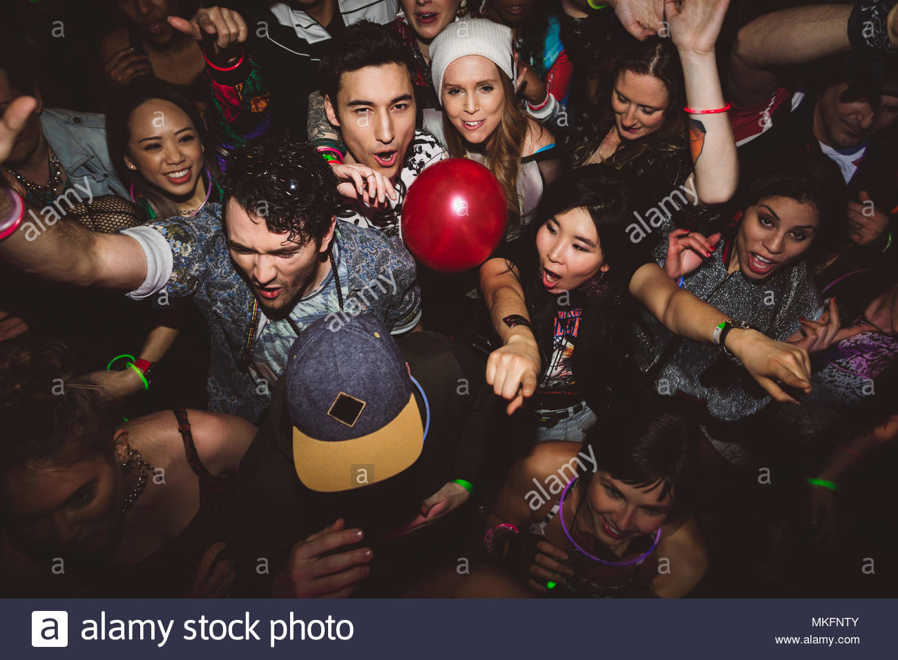 Carefree milennials dancing, partying in discoteca Immagini Stock