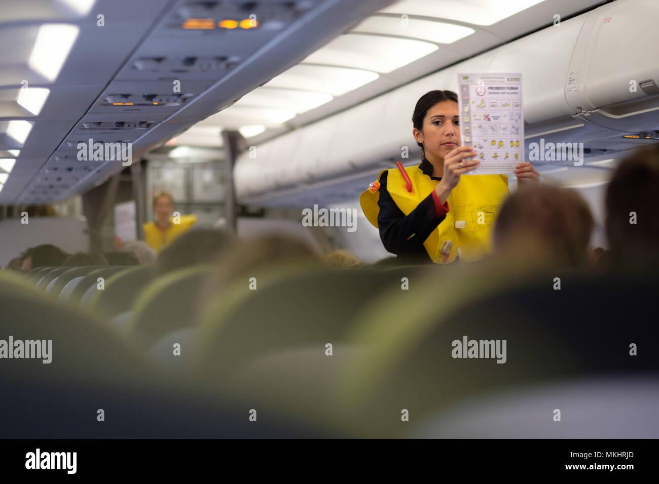 Un assistente di volo dimostrando le procedure di sicurezza per la Immagini Stock