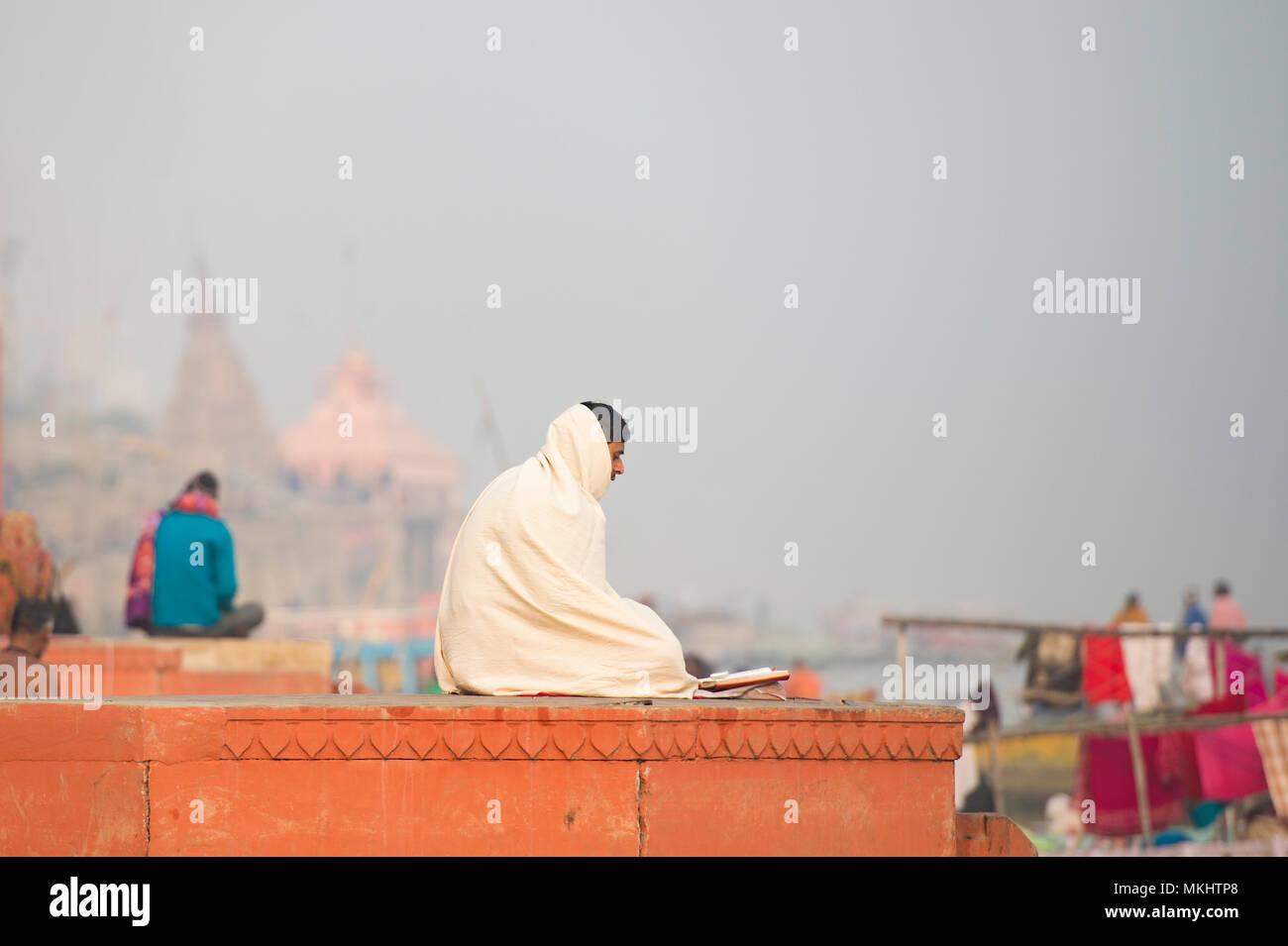 VARANASI - India - 12 gennaio 2018. La meditazione, uomo santo Sadhu meditando a ghats di Varanasi, Banaras, Uttar Pradesh, India, Asia Immagini Stock