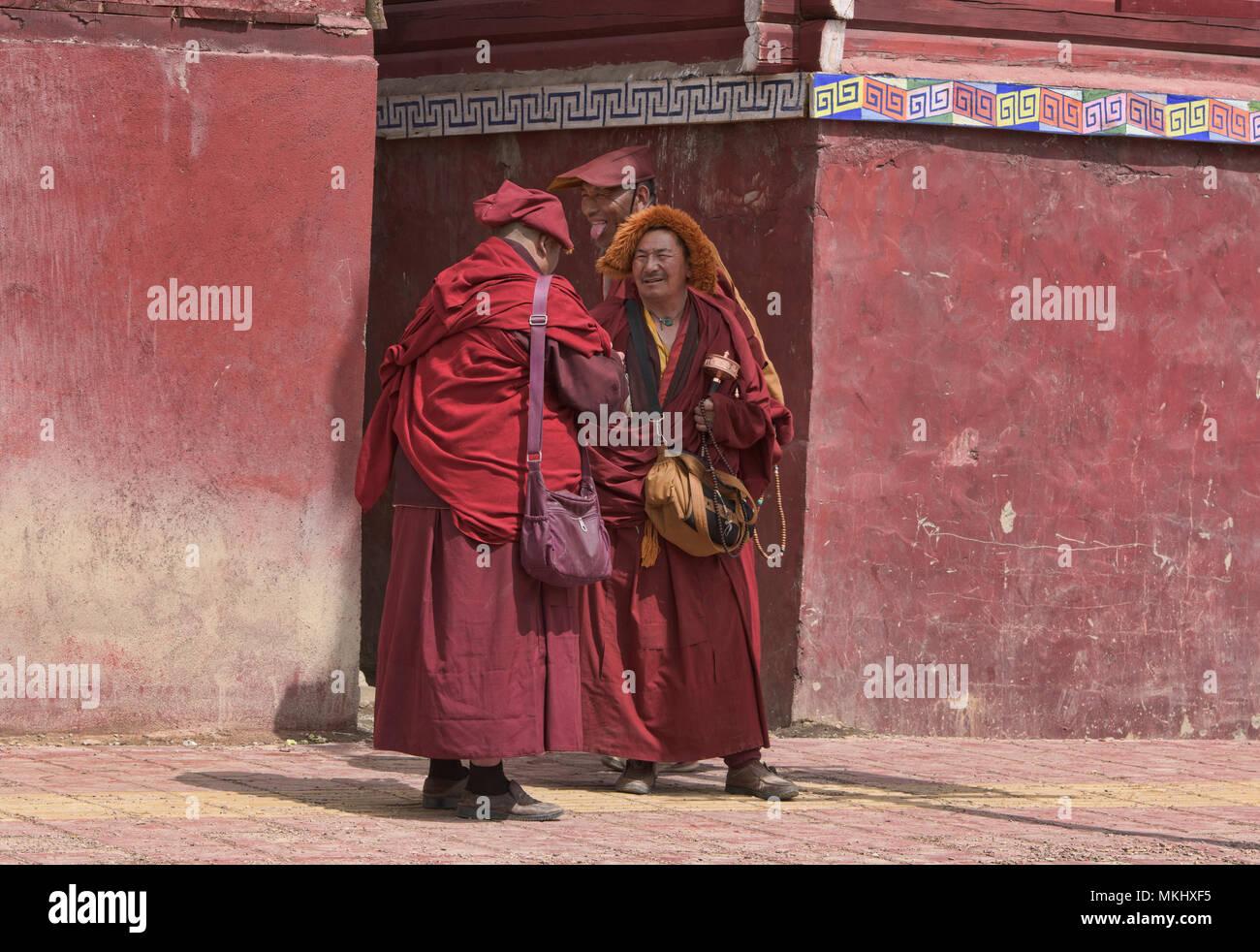 Monaci Tibetani socializzare, Yarchen Gar, Sichuan, in Cina Immagini Stock