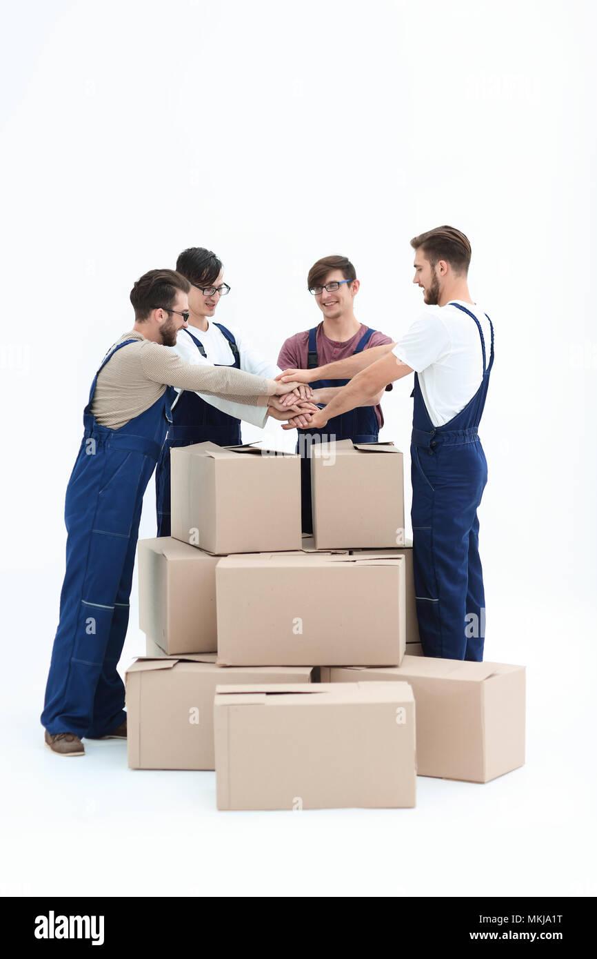 Allegro movers appoggiato sulla pila di scatole isolato sul retro bianco Immagini Stock