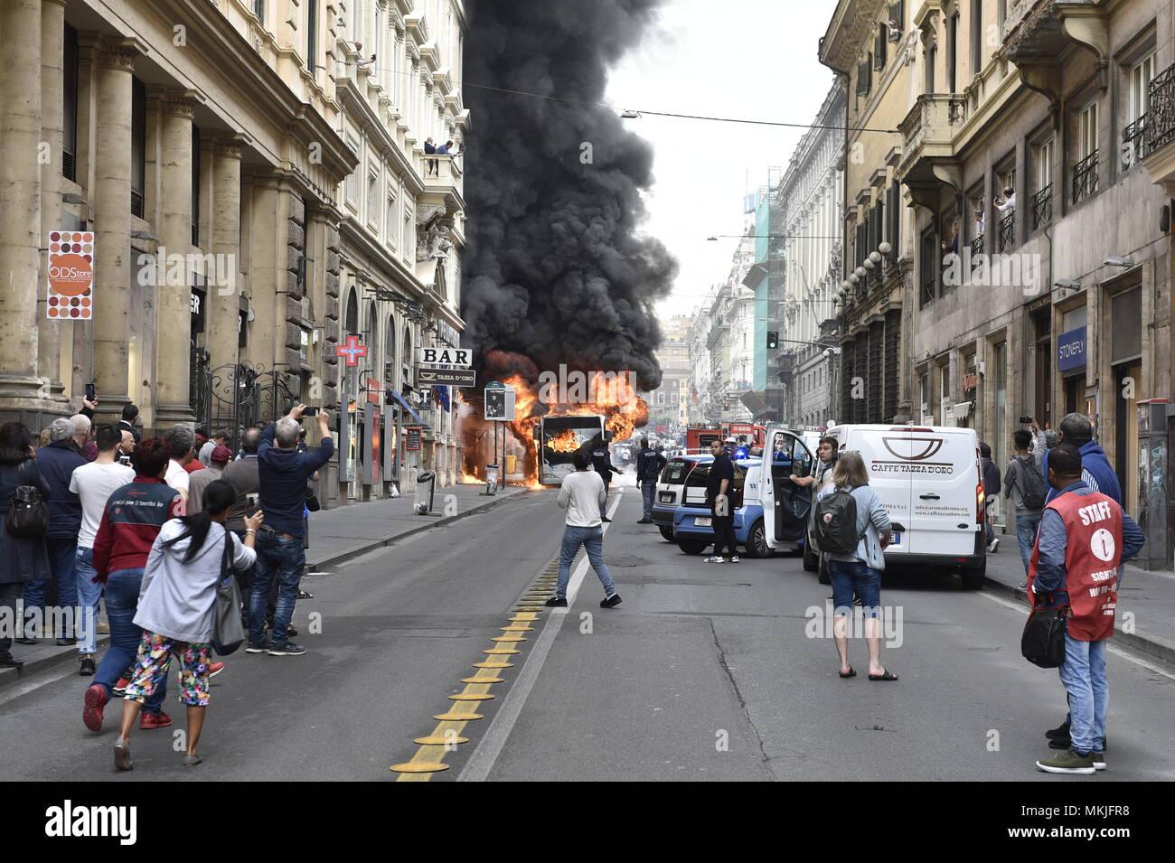 Roma, Italia. 8 Maggio, 2018. Roma, bus ATAC esplode in Via del Tritone Credit: Indipendente Photo Agency Srl/Alamy Live News Immagini Stock