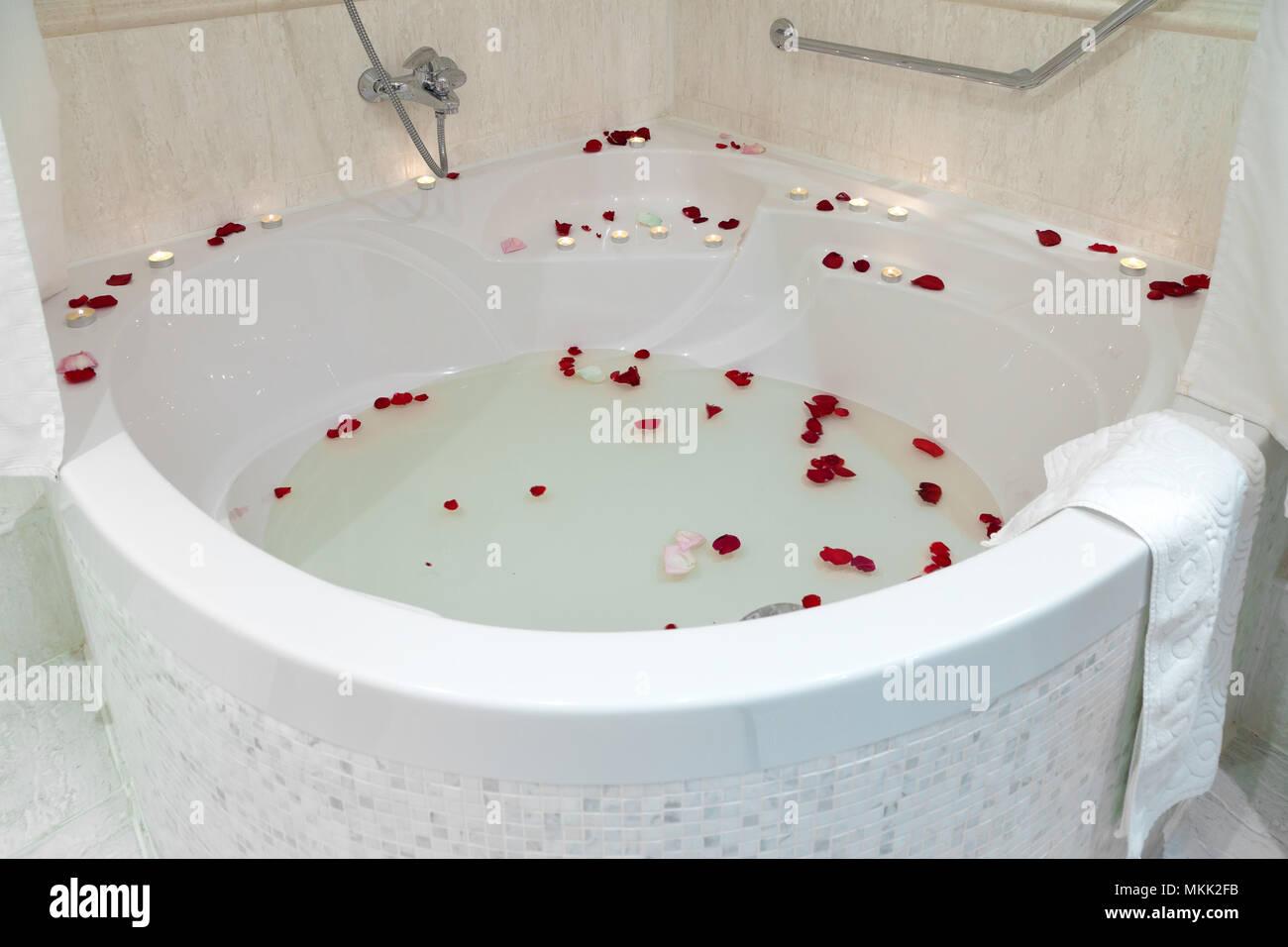 Vasca Da Bagno Rossa : Close up di una grande vasca idromassaggio vasca da bagno decorate