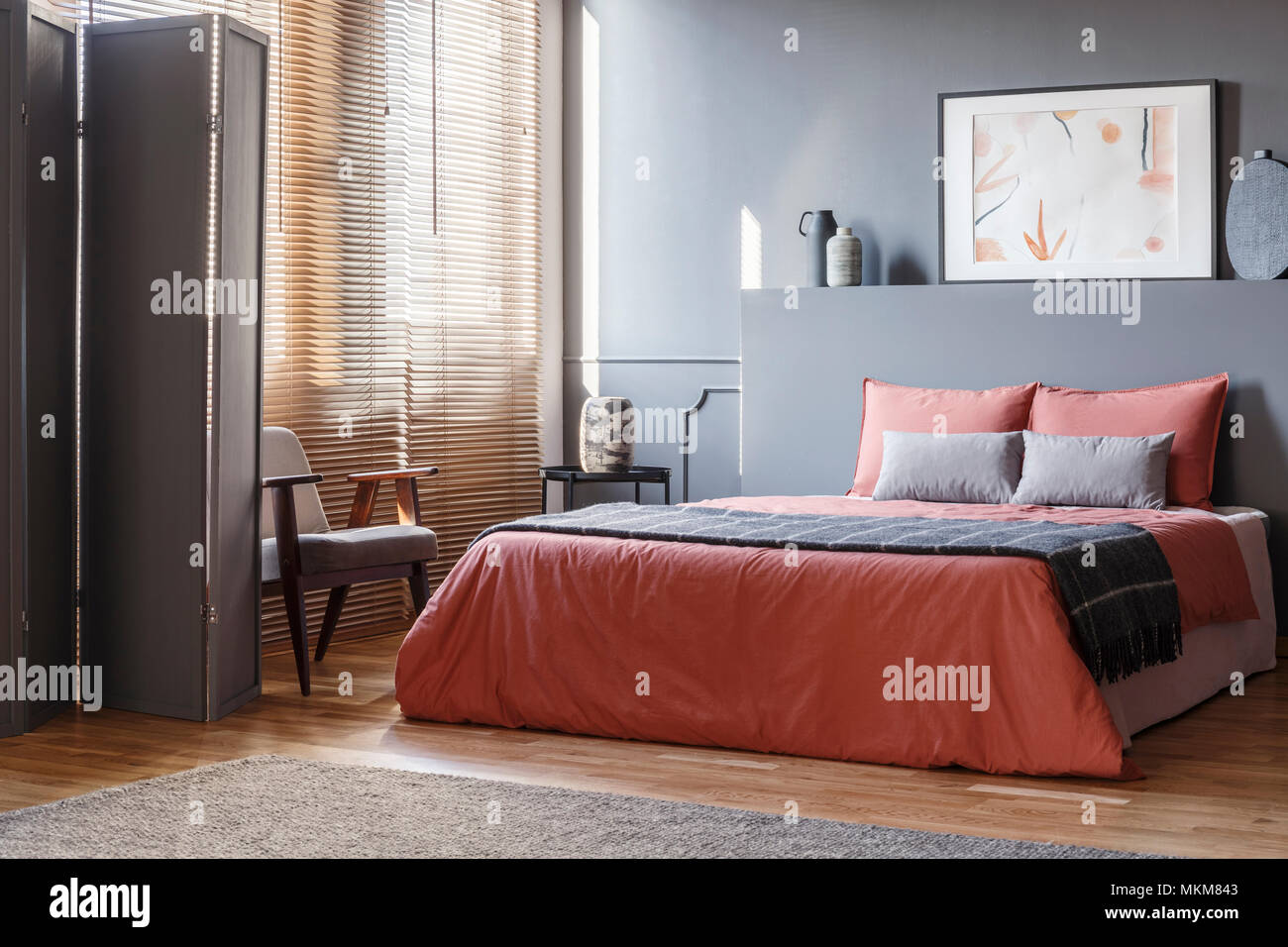 Letto Grigio Scuro : Foto reale di elegante camera da letto interno con pareti di colore