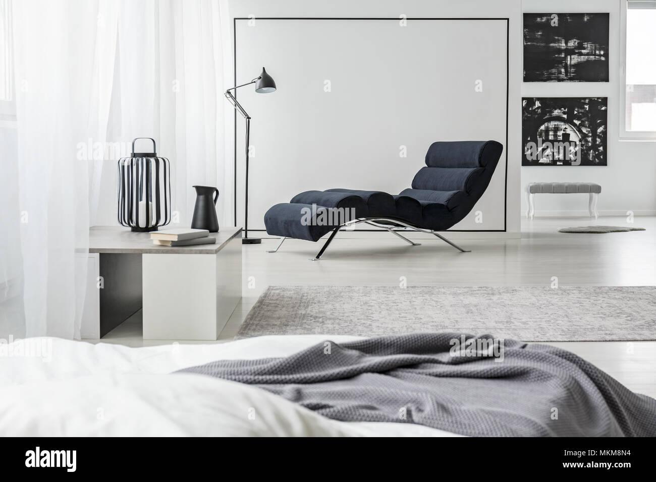 Camera Da Letto Bianco E Nero : Mockup sul muro bianco in spaziose in bianco e nero camera da letto