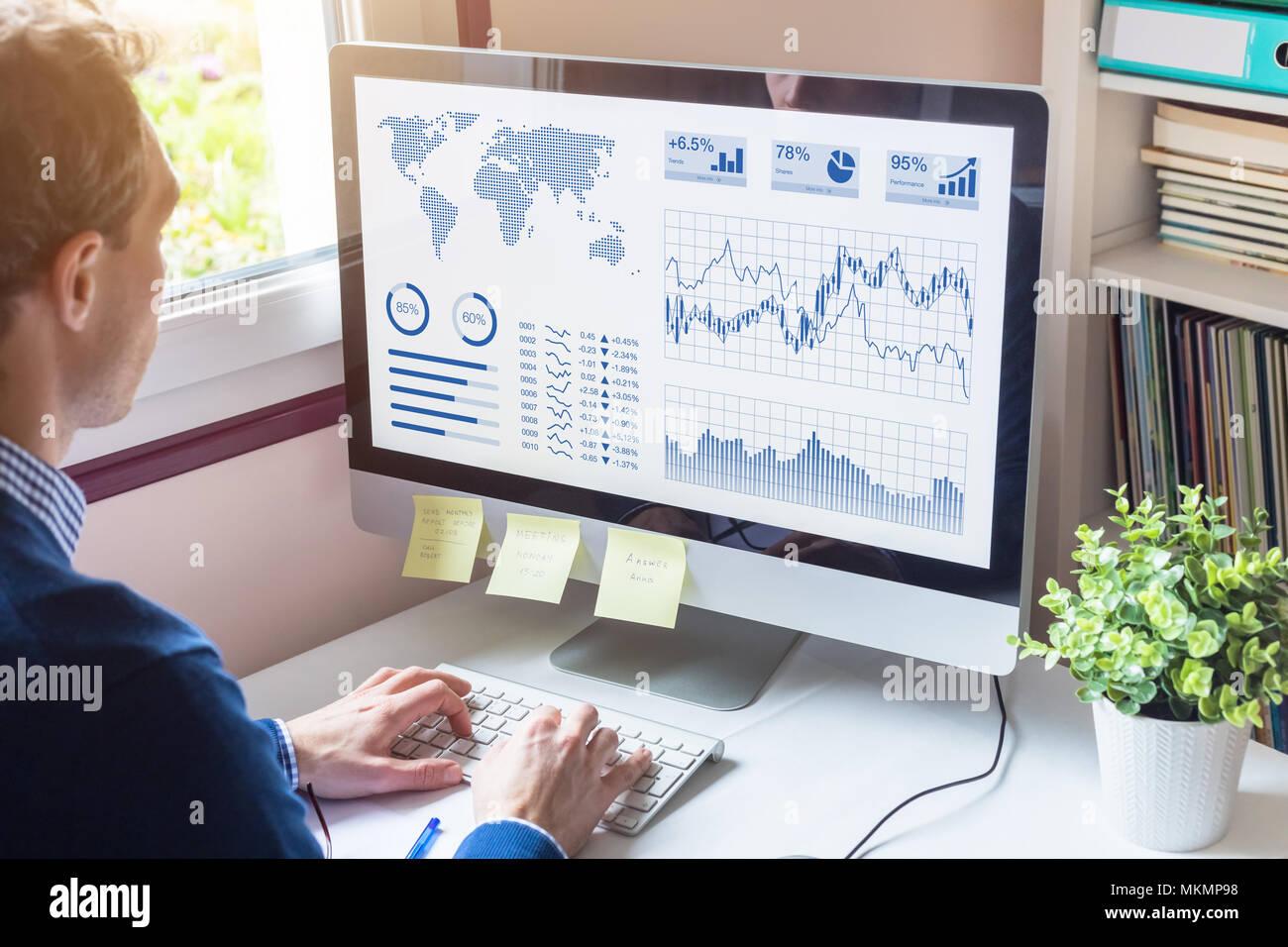 Imprenditore analisi di Business Analytics (BA) o Intelligence (BI) Cruscotto con indicatori di prestazioni chiave (KPI) e metriche finanziarie a prendere inves Immagini Stock