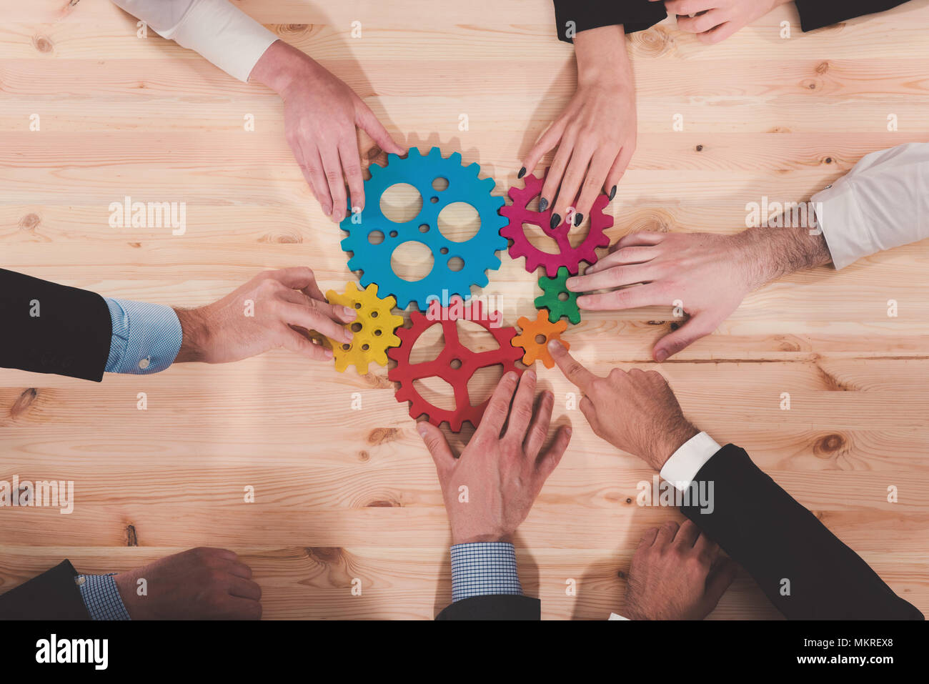 Il team di Business Collegare pezzi di ingranaggi. Il lavoro di squadra, il partenariato e il concetto di integrazione Immagini Stock