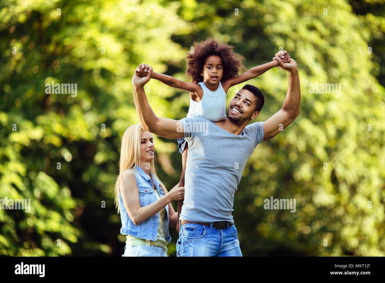 Foto di felice coppia giovane spendere del tempo con la loro figlia Immagini Stock
