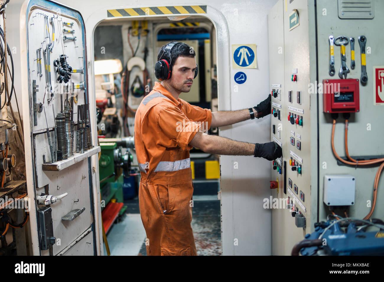 Ingegnere Marine officer recipiente di controllo motori motore in sala di controllo RACC. Immagini Stock