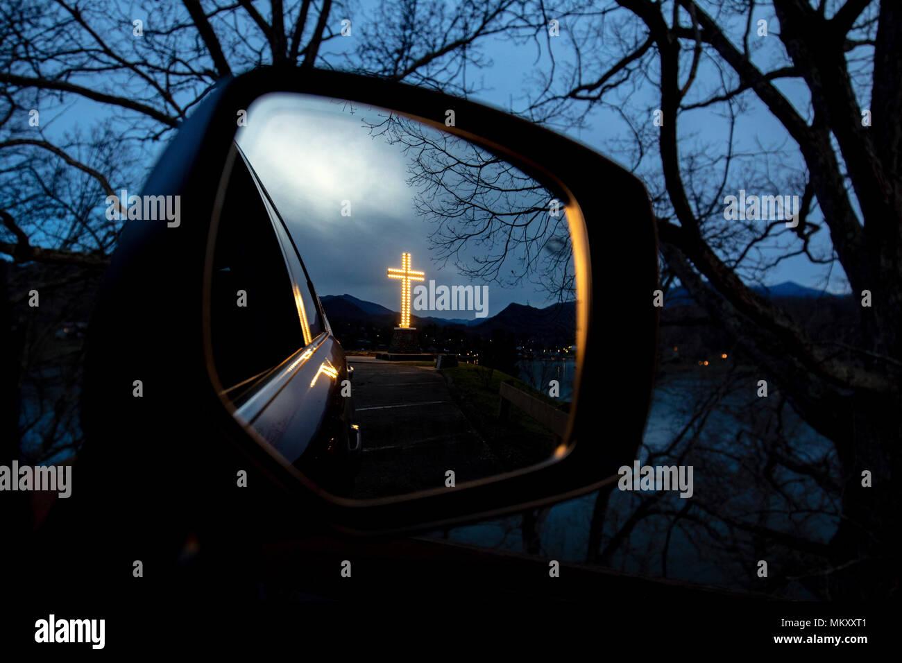 Croce Junaluska in auto specchietto retrovisore - Lago Junaluska, North Carolina, STATI UNITI D'AMERICA Immagini Stock