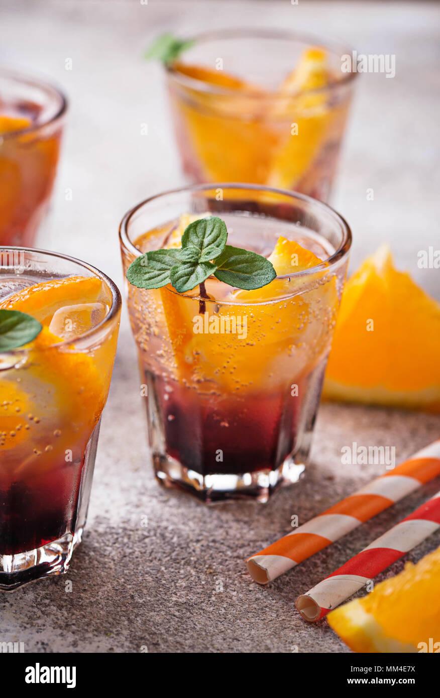 Bevanda estiva con arancia e bacche Immagini Stock