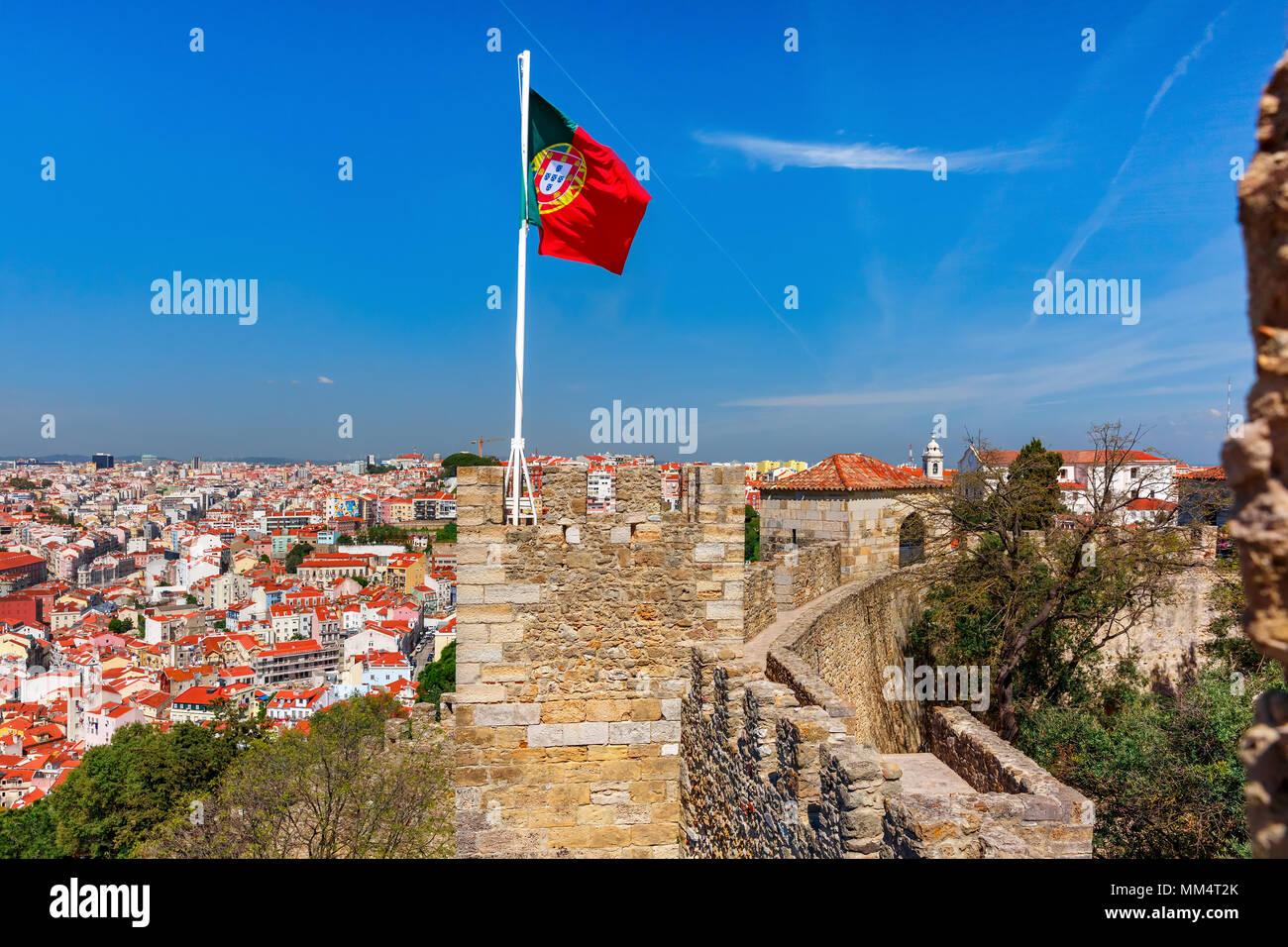 Bandiera portoghese sul muro di fortificazione, Lisbona, Portogallo Immagini Stock