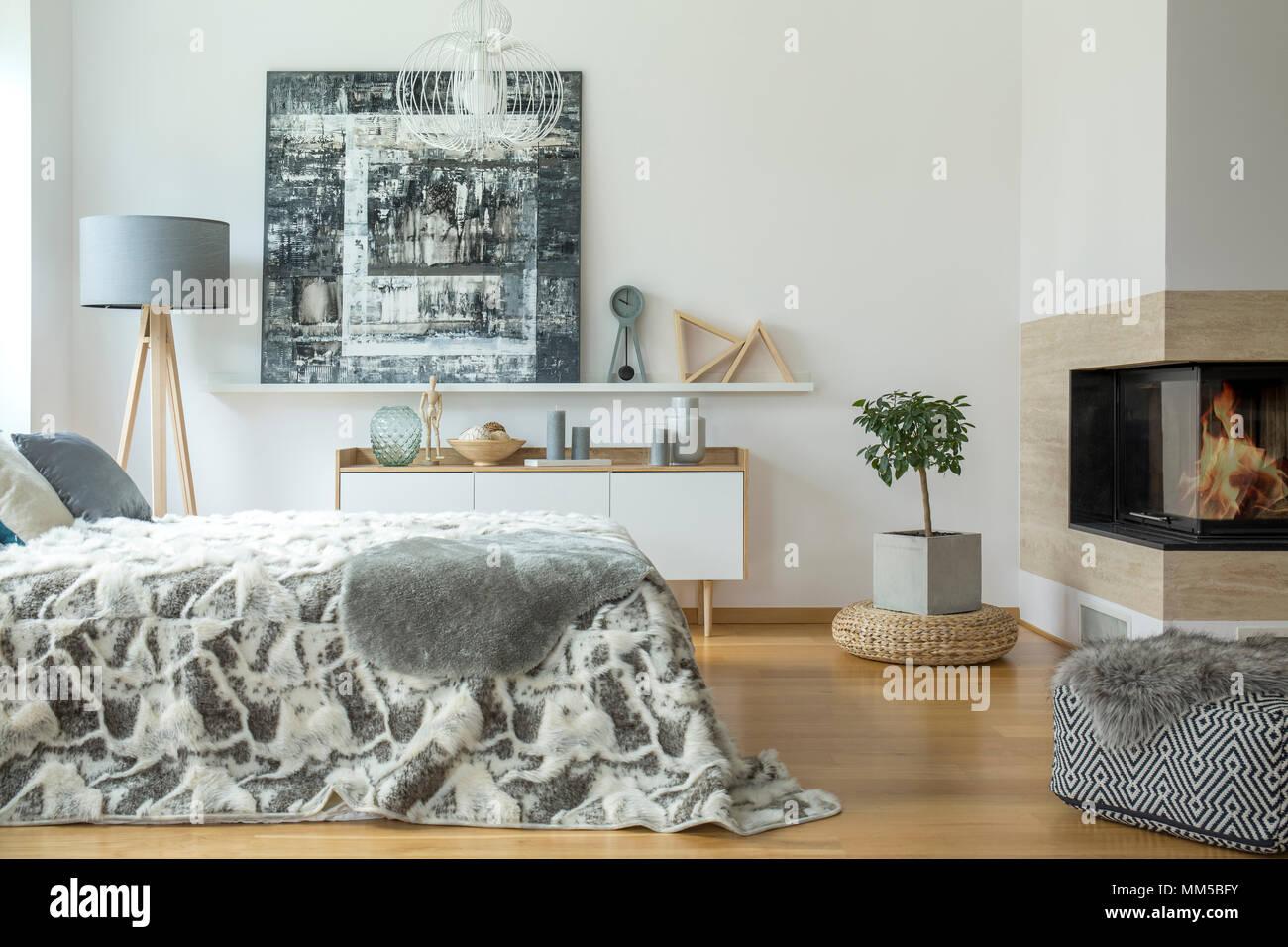 Pelliccia Grigia sul letto e pouf in camera da letto caldo interno ...