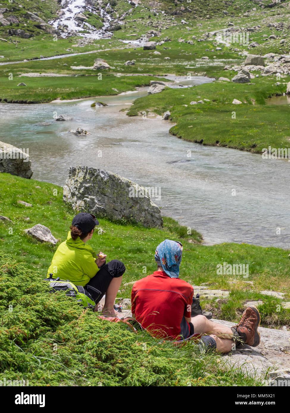 Gli escursionisti tenendo il resto vicino diede De Gaube river, Cauterets, Francia Immagini Stock