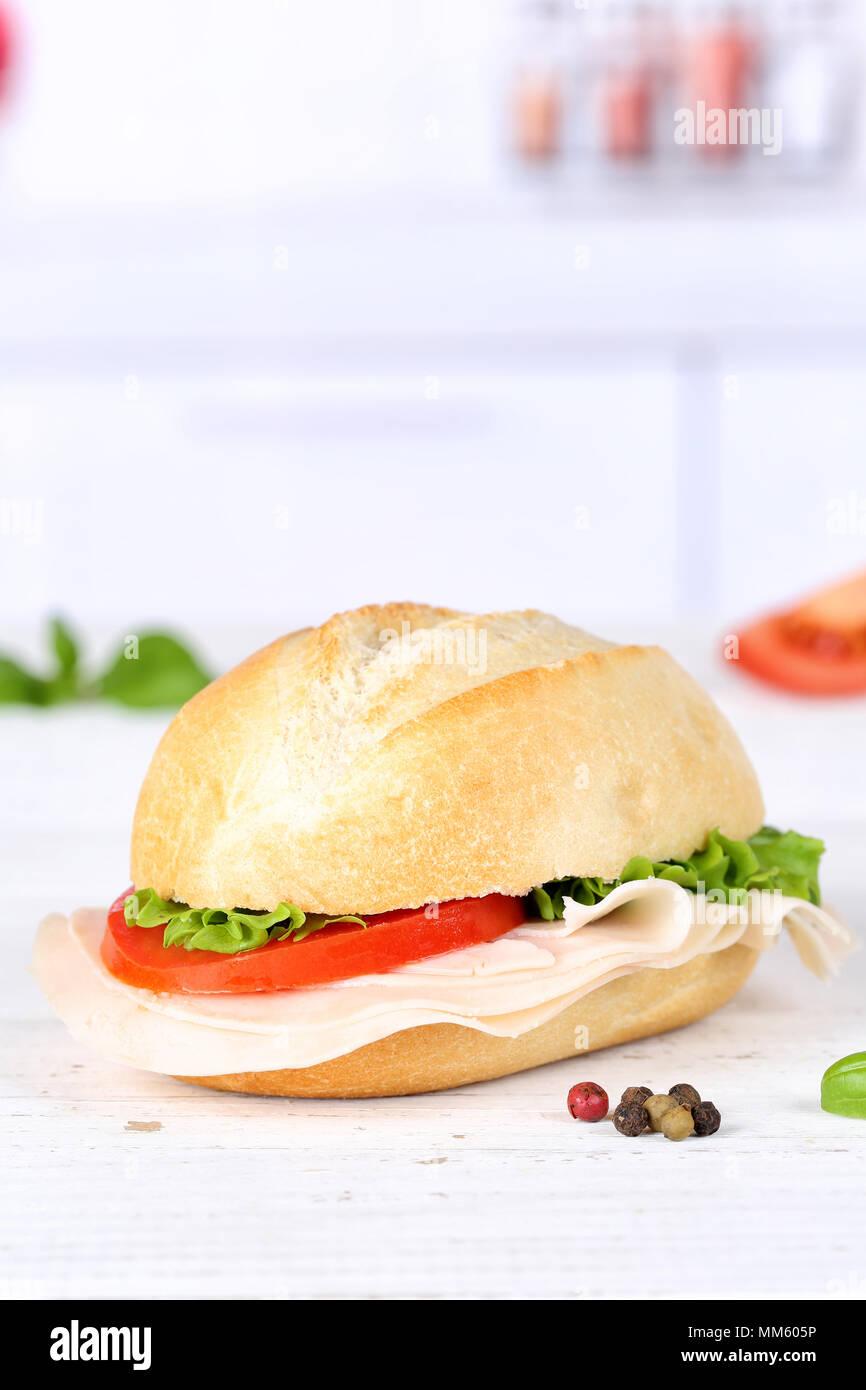 Baguette sandwich con prosciutto copyspace formato ritratto su tavola di legno legno Immagini Stock