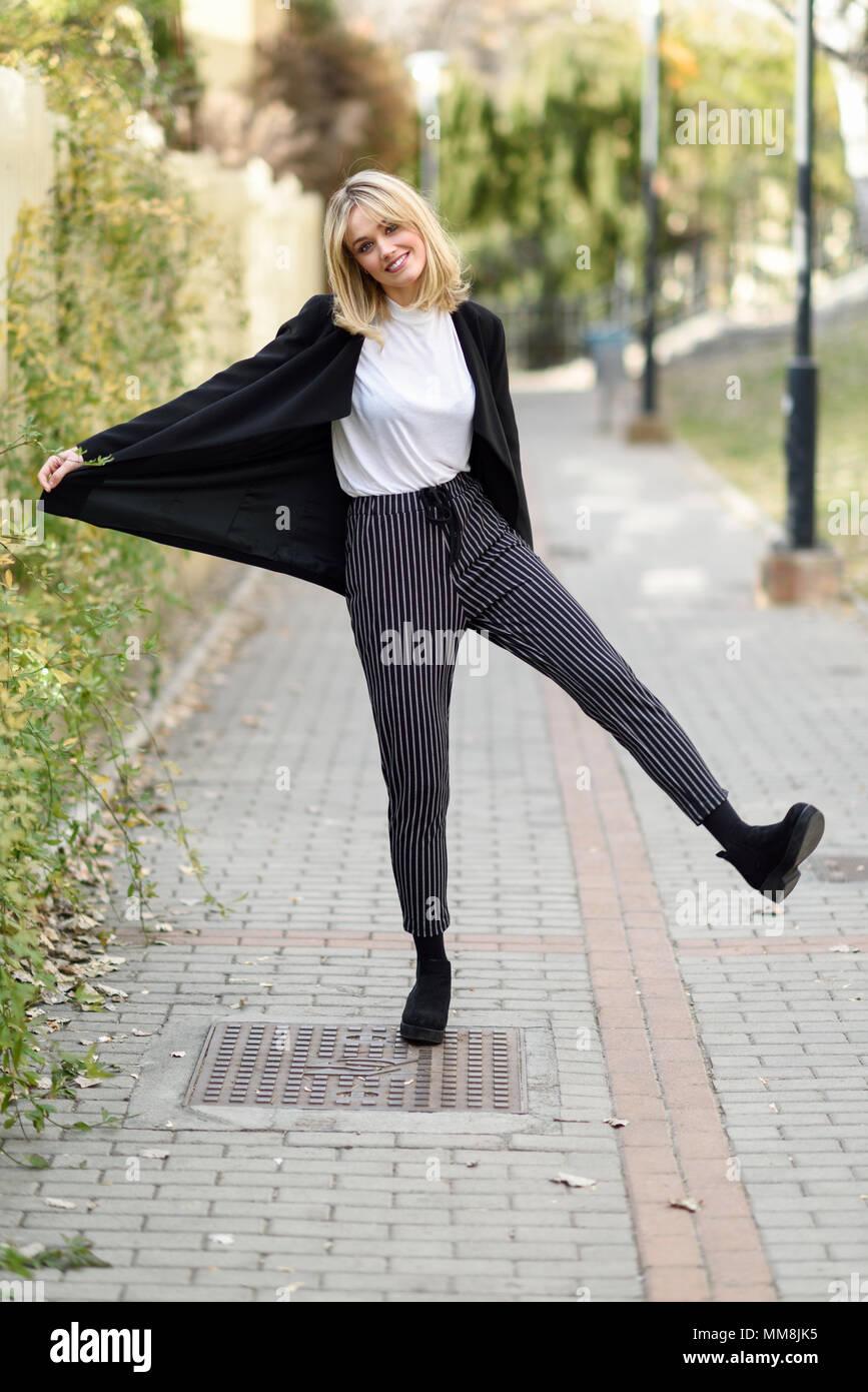 Giovane Sorridente Background Ragazza In Urbano Funny Donna Bionda qTY44A