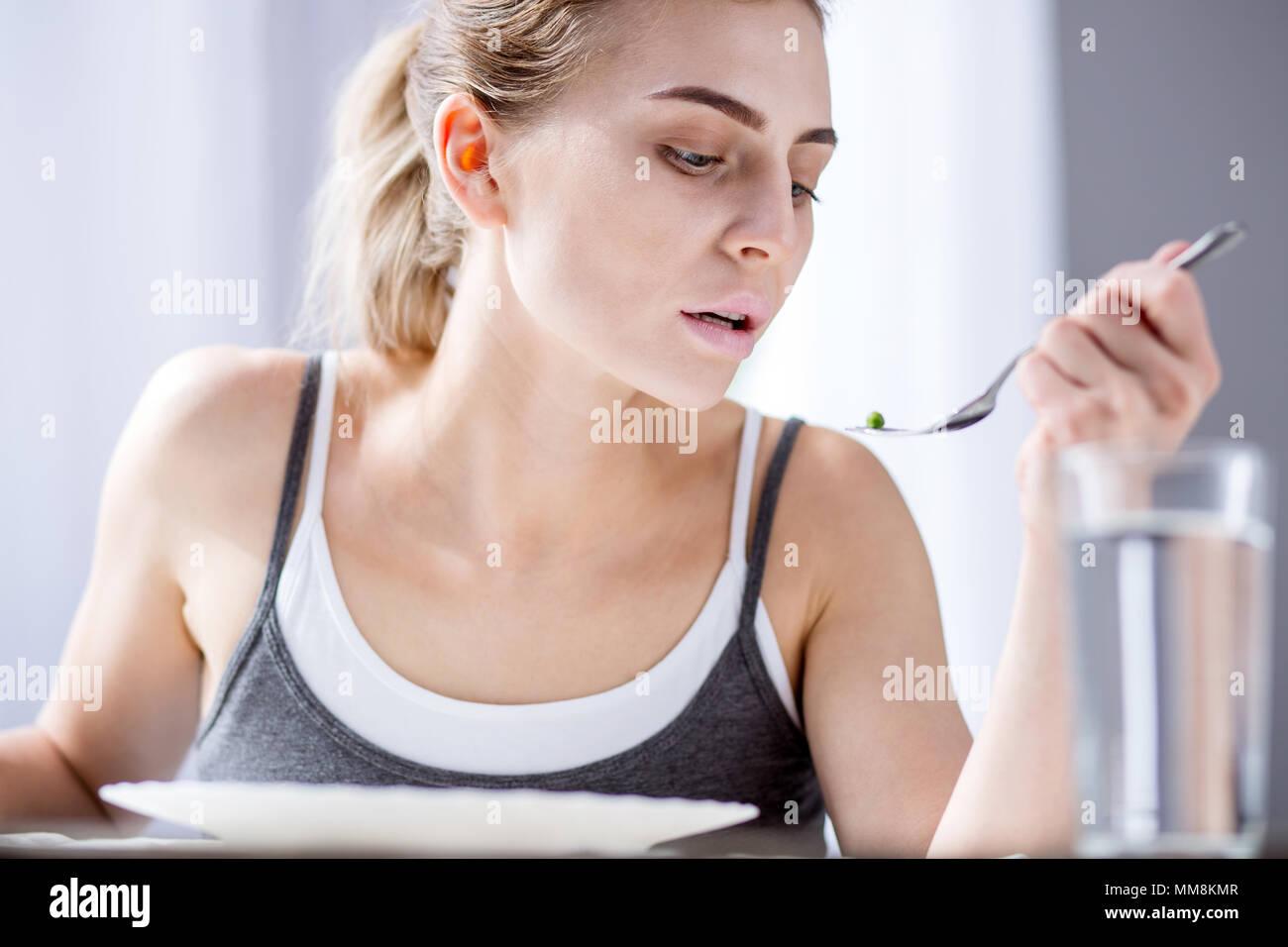 Cupo triste donna essendo su una dieta Immagini Stock