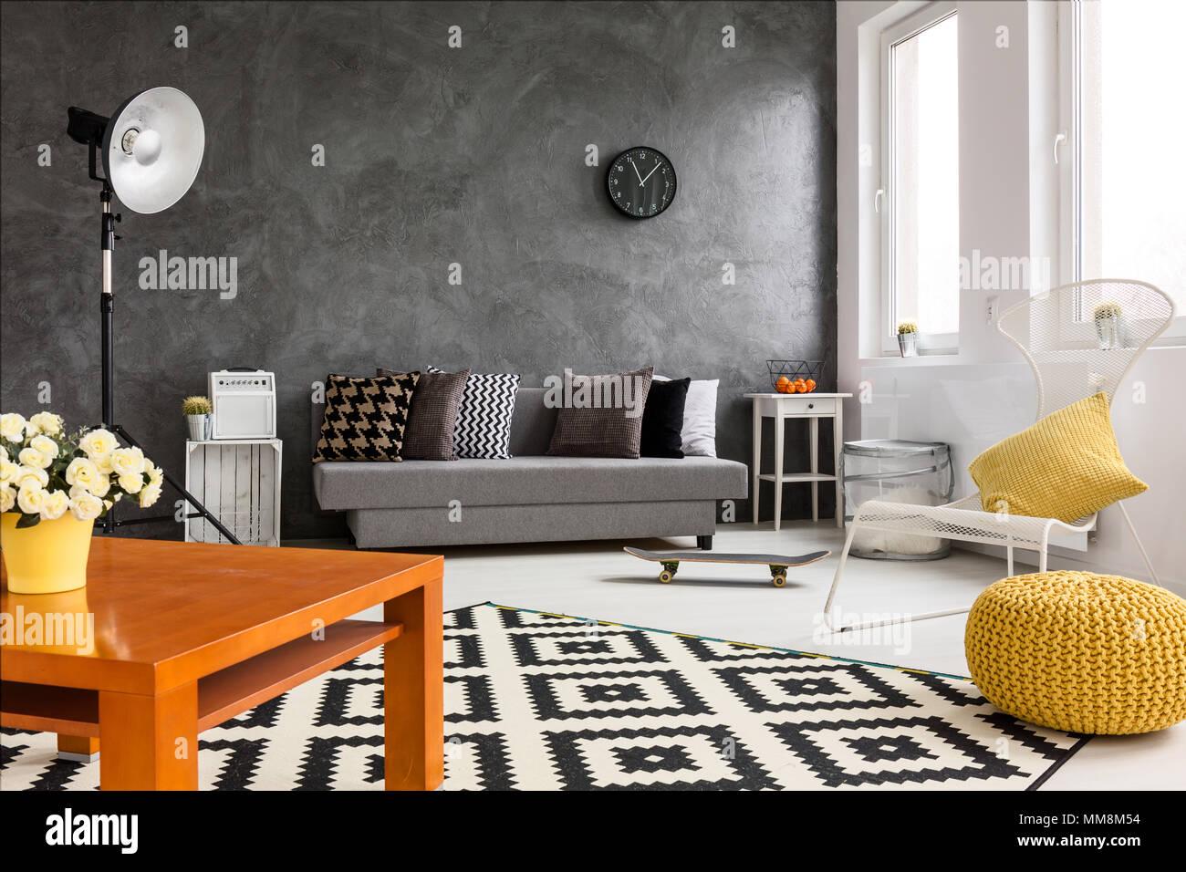Grigio e bianco soggiorno con decorazioni arancione rendendo stanza ...