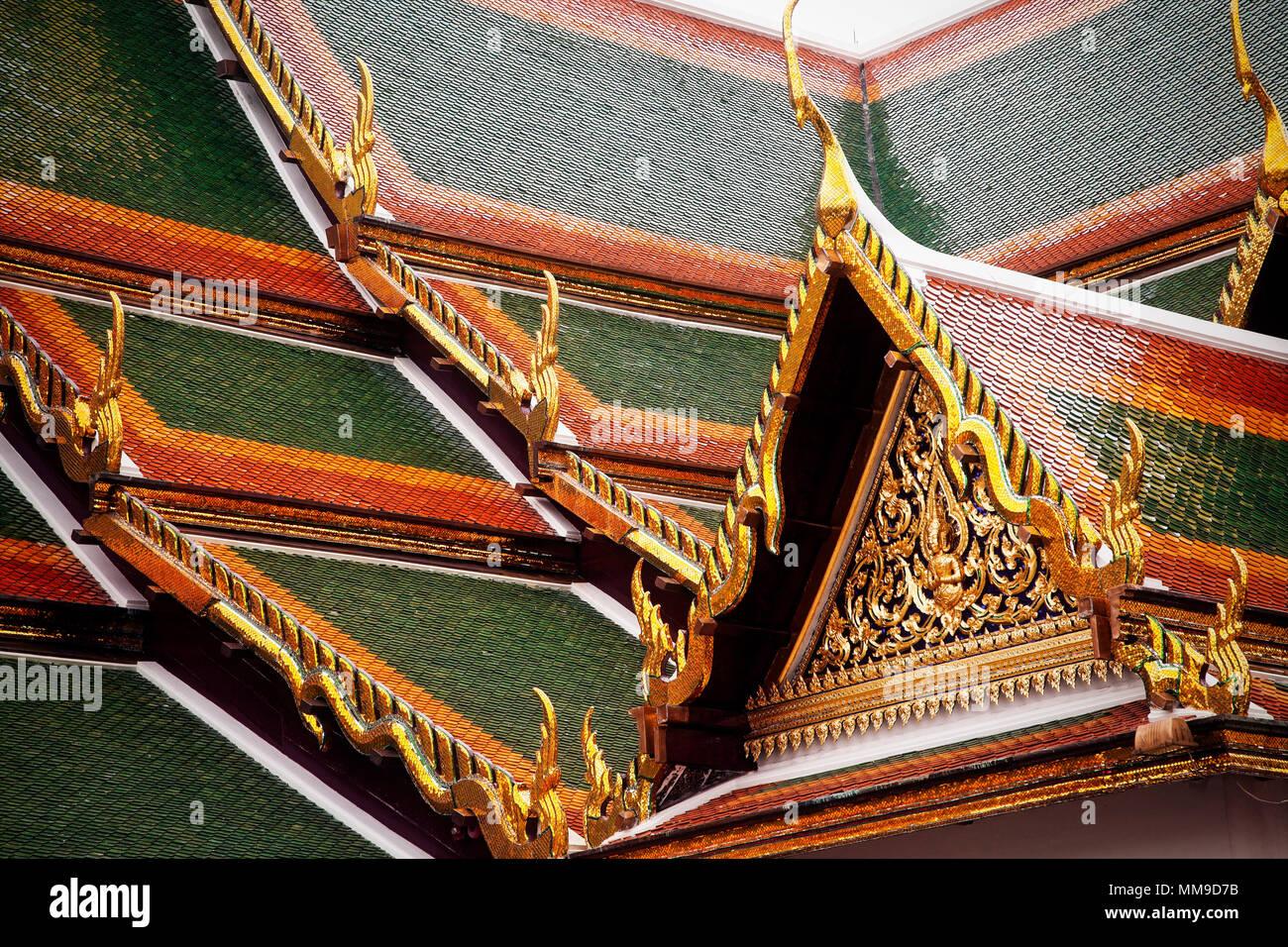 Le piastrelle tetto decorativo del Tempio del Buddha di Smeraldo o Uboseth nel Grand Palace complesso, Bangkok, Thailandia. Immagini Stock