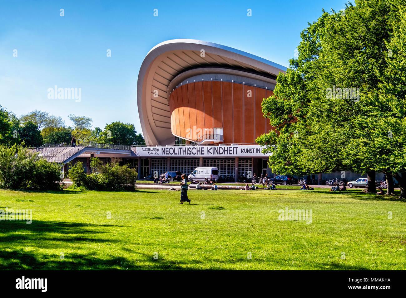 Berlino, Tiergarten. Il HKW {Haus der Kulturen der Welt) accanto al fiume Sprea. Sede di concerti, mostre, conferenze, il teatro e la danza. Immagini Stock