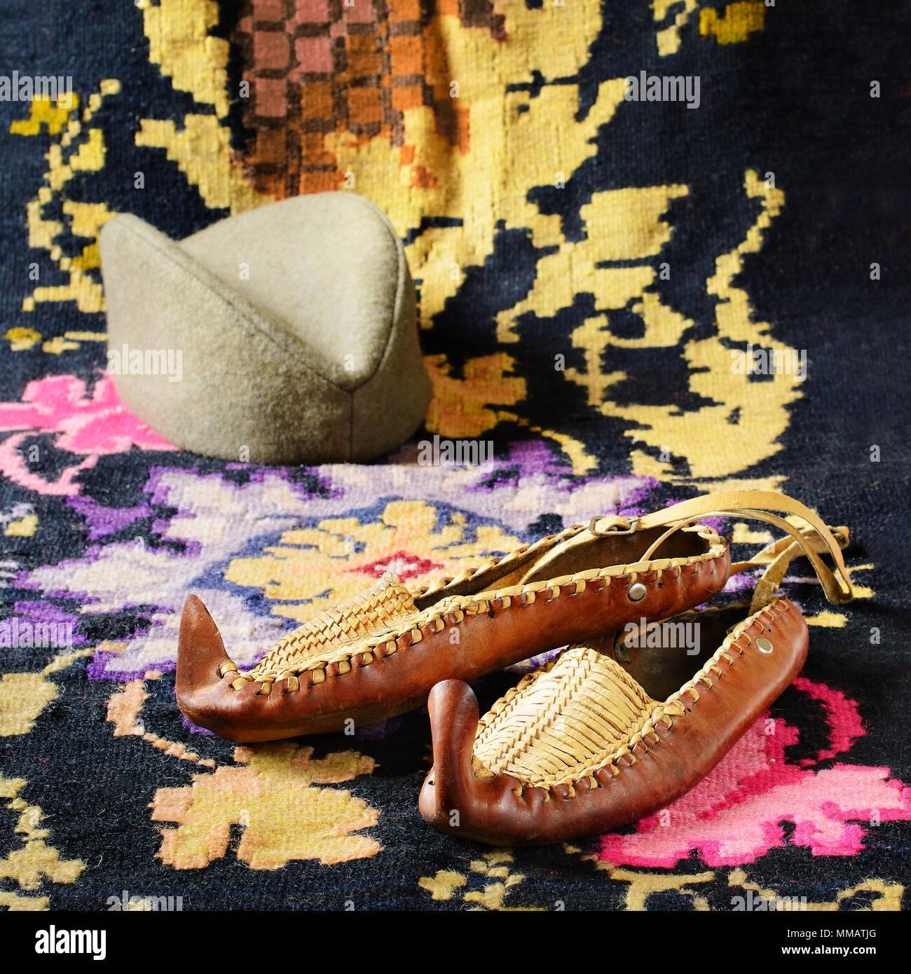 Russian folk nazionale vecchie scarpe. La Russia storico sullo sfondo di  calzature. Ornamento del vettore. P9R7R6 (RF). Opanci a8cbb13c050