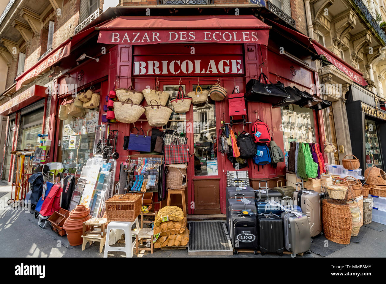 Vasta gamma di merci al Bazar des écoles un hardware shop vendita di cesti e altri beni assortiti 20 Rue de la Montagne Sainte Geneviève Paris , Francia Immagini Stock