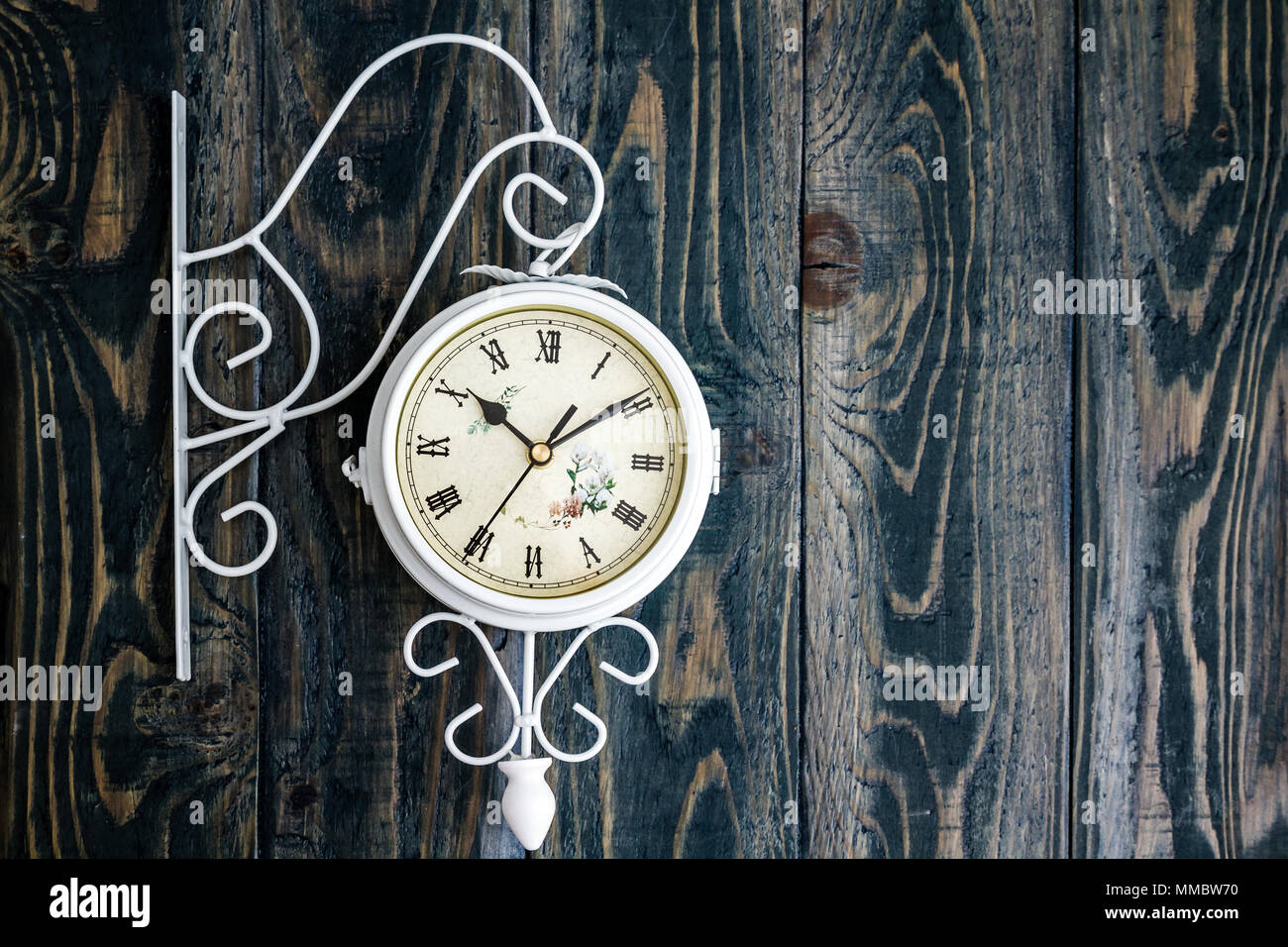 Hanging wall clock immagini & hanging wall clock fotos stock alamy
