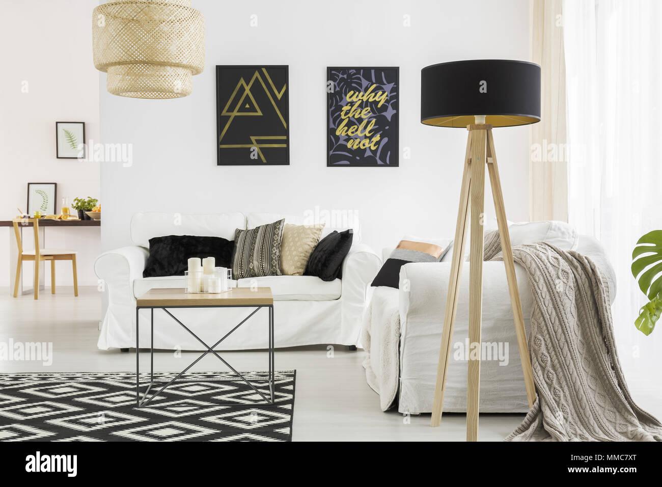 Divani Bianchi E Neri : Elegante soggiorno con divano bianco e nero lampada e tavolo foto