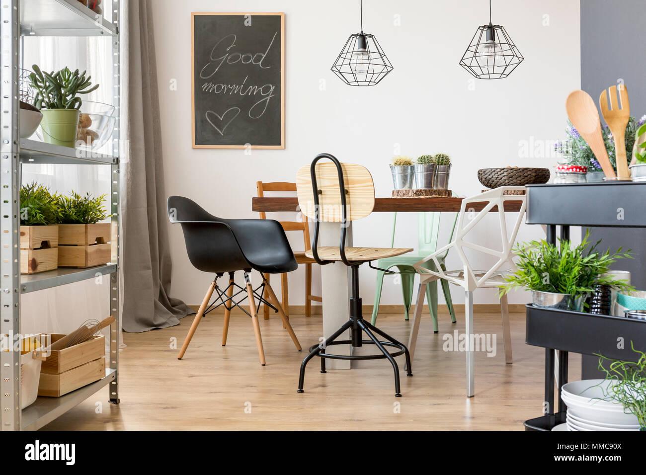 Tavoli Eleganti Sala Da Pranzo sala da pranzo con moderne sedie, tavolo e semplice regale