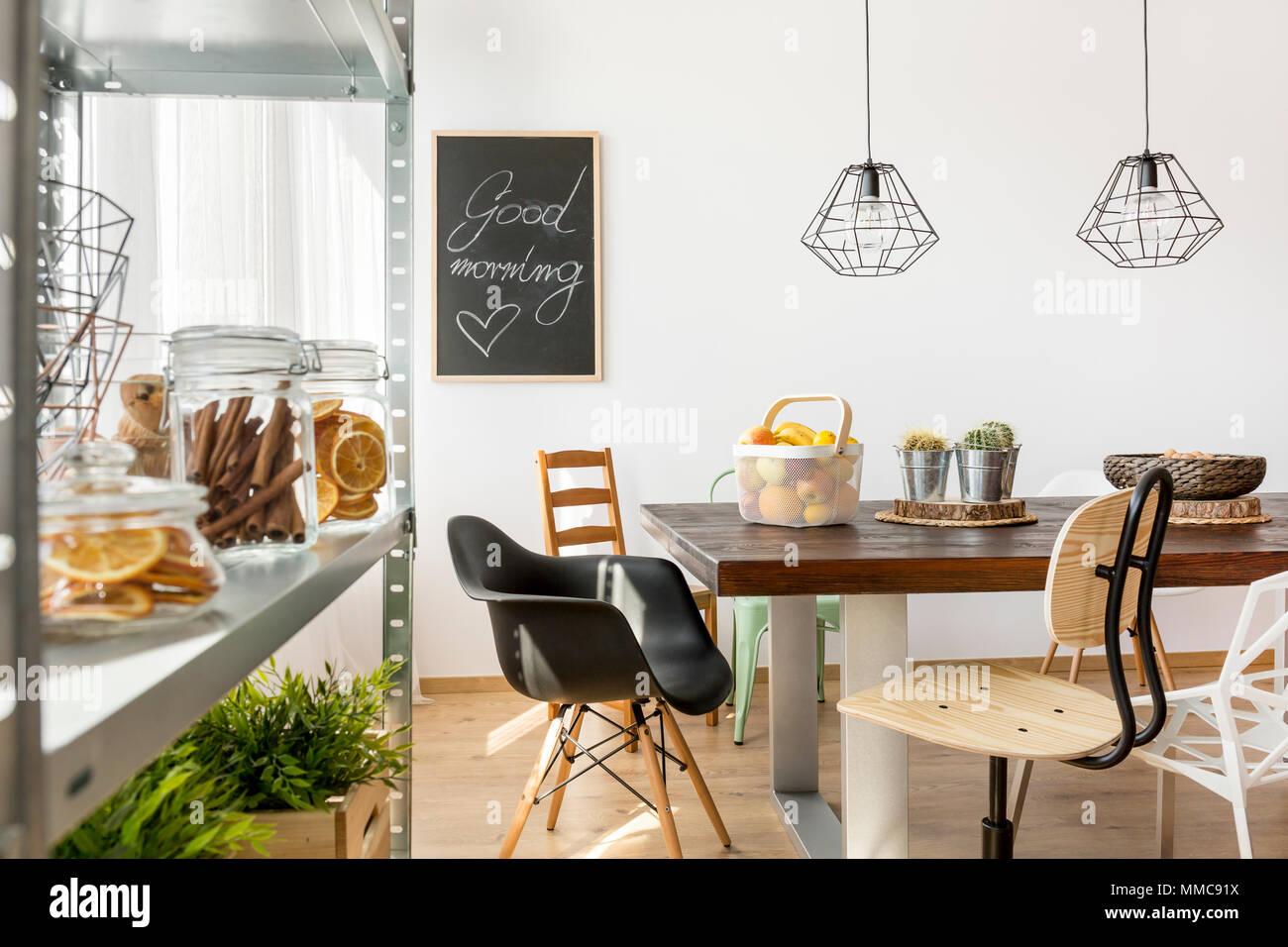 Sala da pranzo in stile industriale con tavolo e sedie e for Tavolo da pranzo con sedie