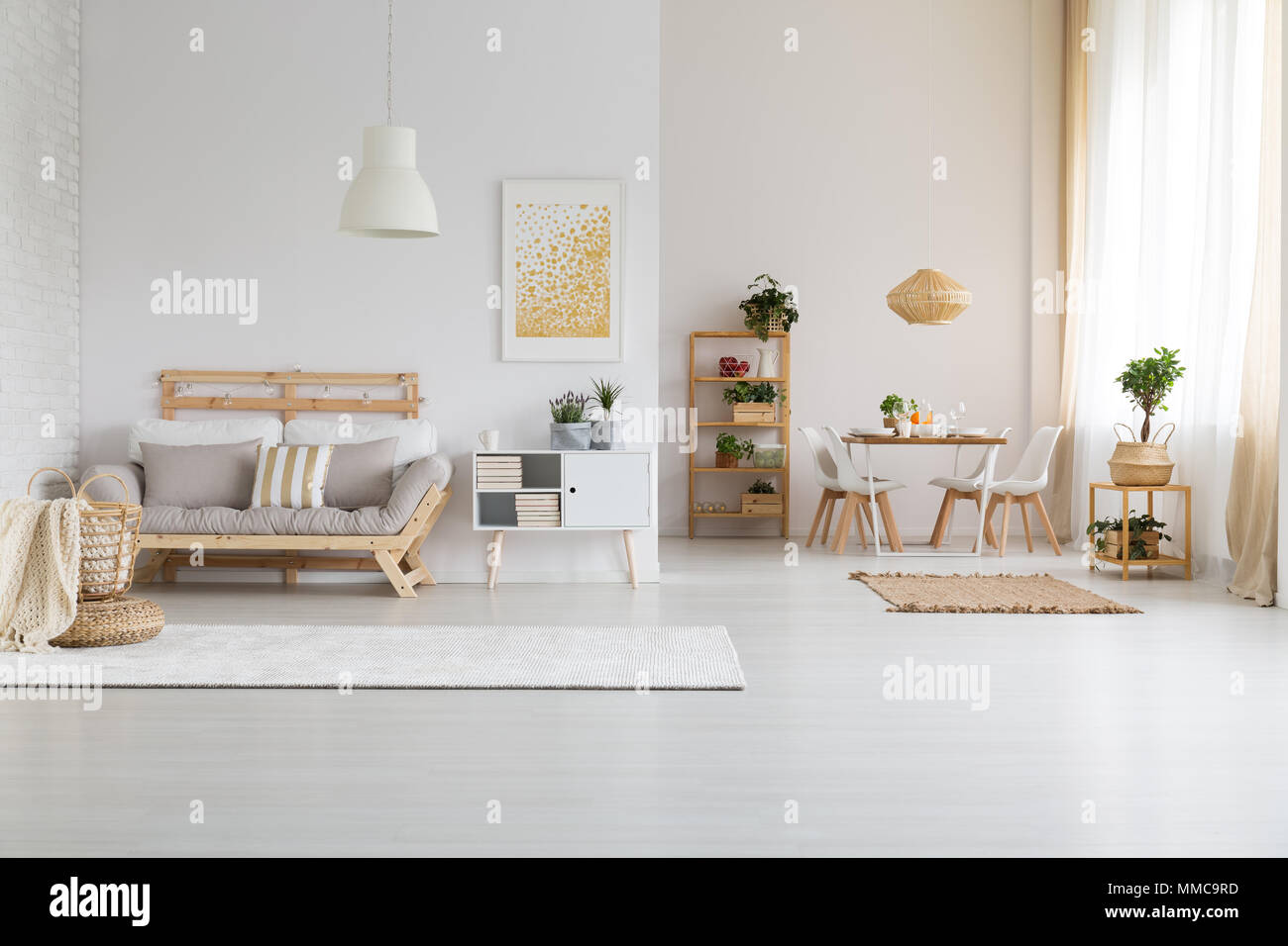 Bianco e moderno spazio aperto con arredamento in legno impostato ...