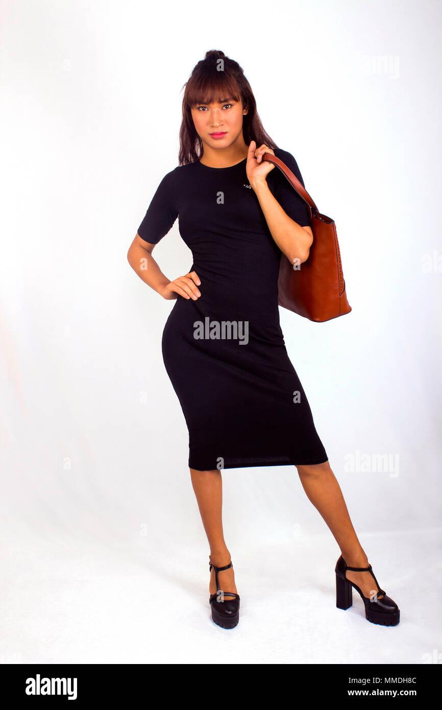 new product a3b4c e5a90 Donna elegante in abito nero e marrone borsetta guardando la ...