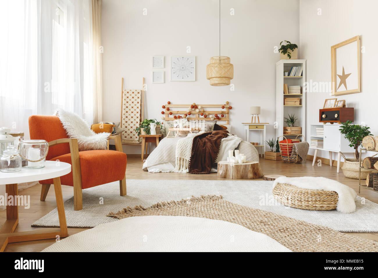 Grande comode sedie di colore arancione in una luminosa camera da ...