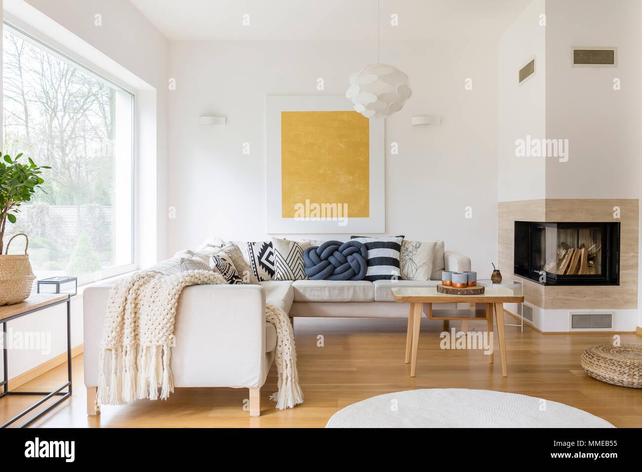 Salotto Moderno Elegante : Divano bianco con cuscini e camino moderno in un elegante salotto